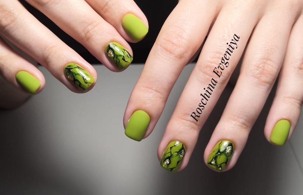 Матовый маникюр с мраморным дизайном в оливковом цвете на короткие ногти.