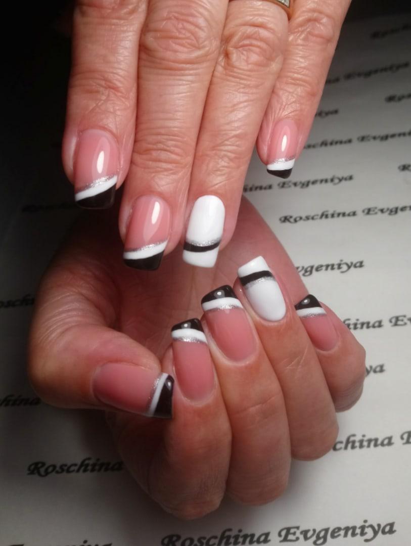 Контрастный френч с серебряными блестками на длинные ногти.