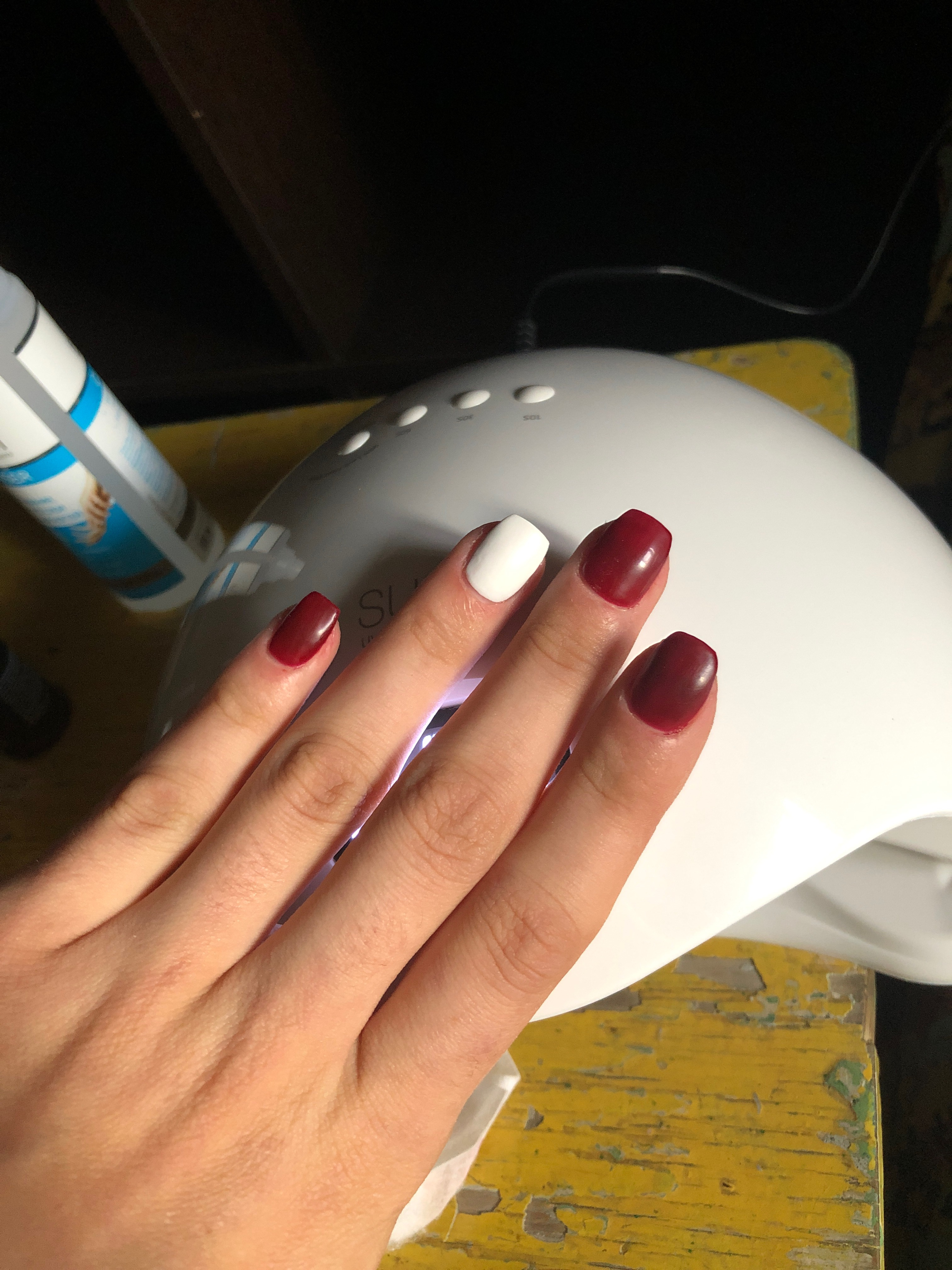 Маникюр в темно-красном цвете на короткие ногти.