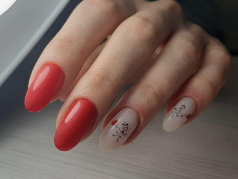 Маникюр с рисунком в красном цвете на длинные ногти.