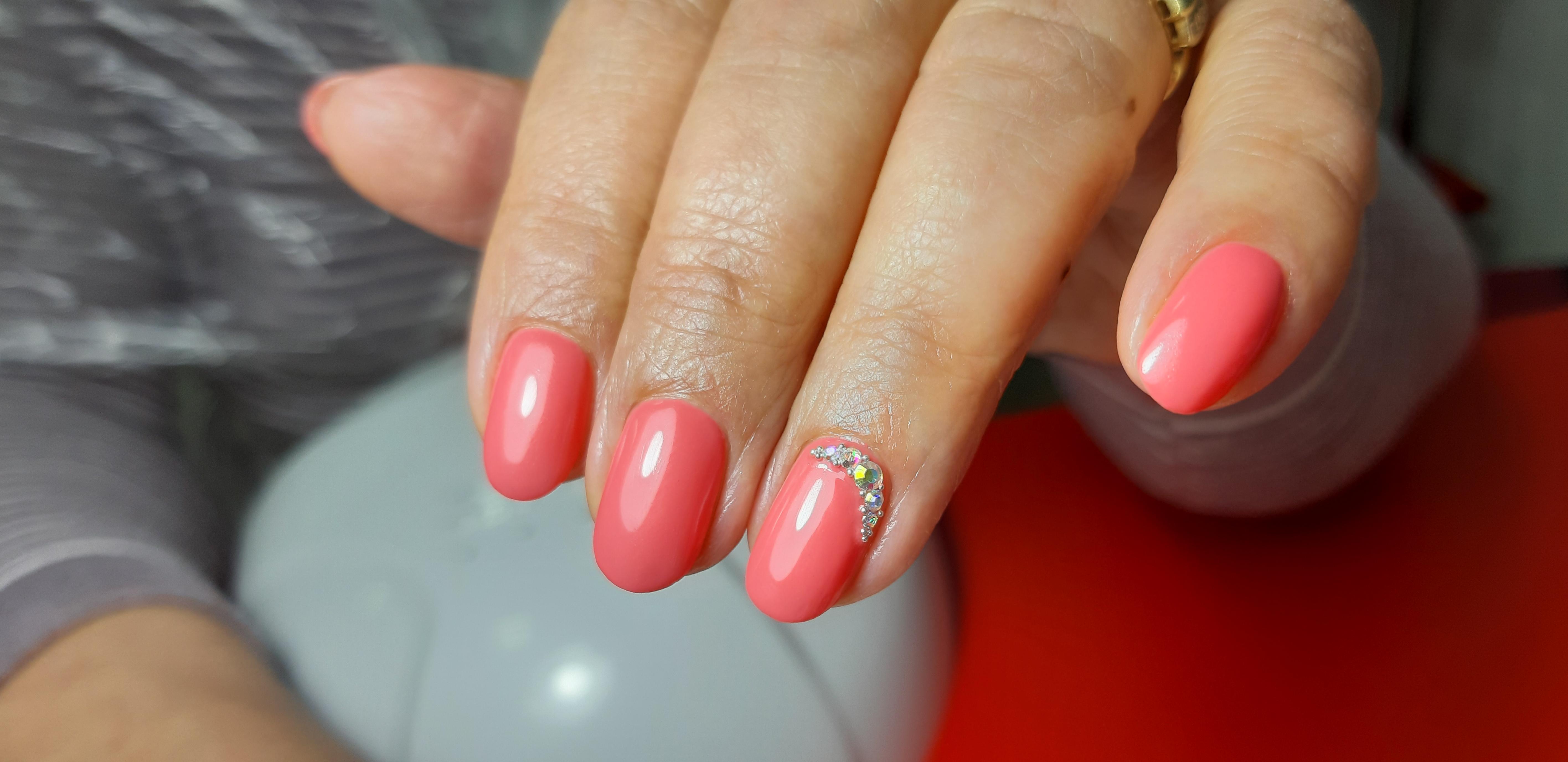 Маникюр со стразами в розовом цвете на короткие ногти.