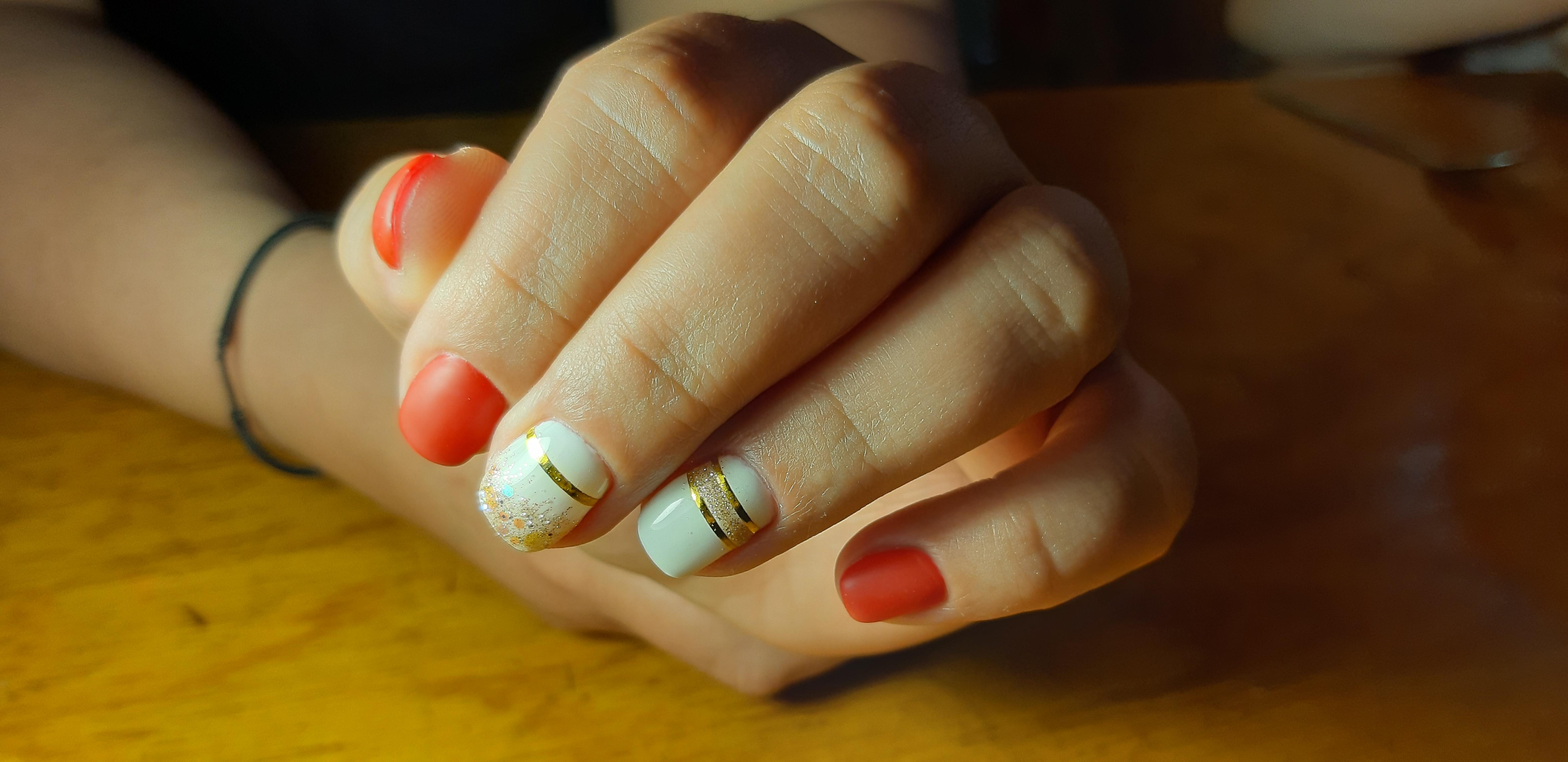 Разноцветный маникюр с золотыми полосками на короткие ногти.