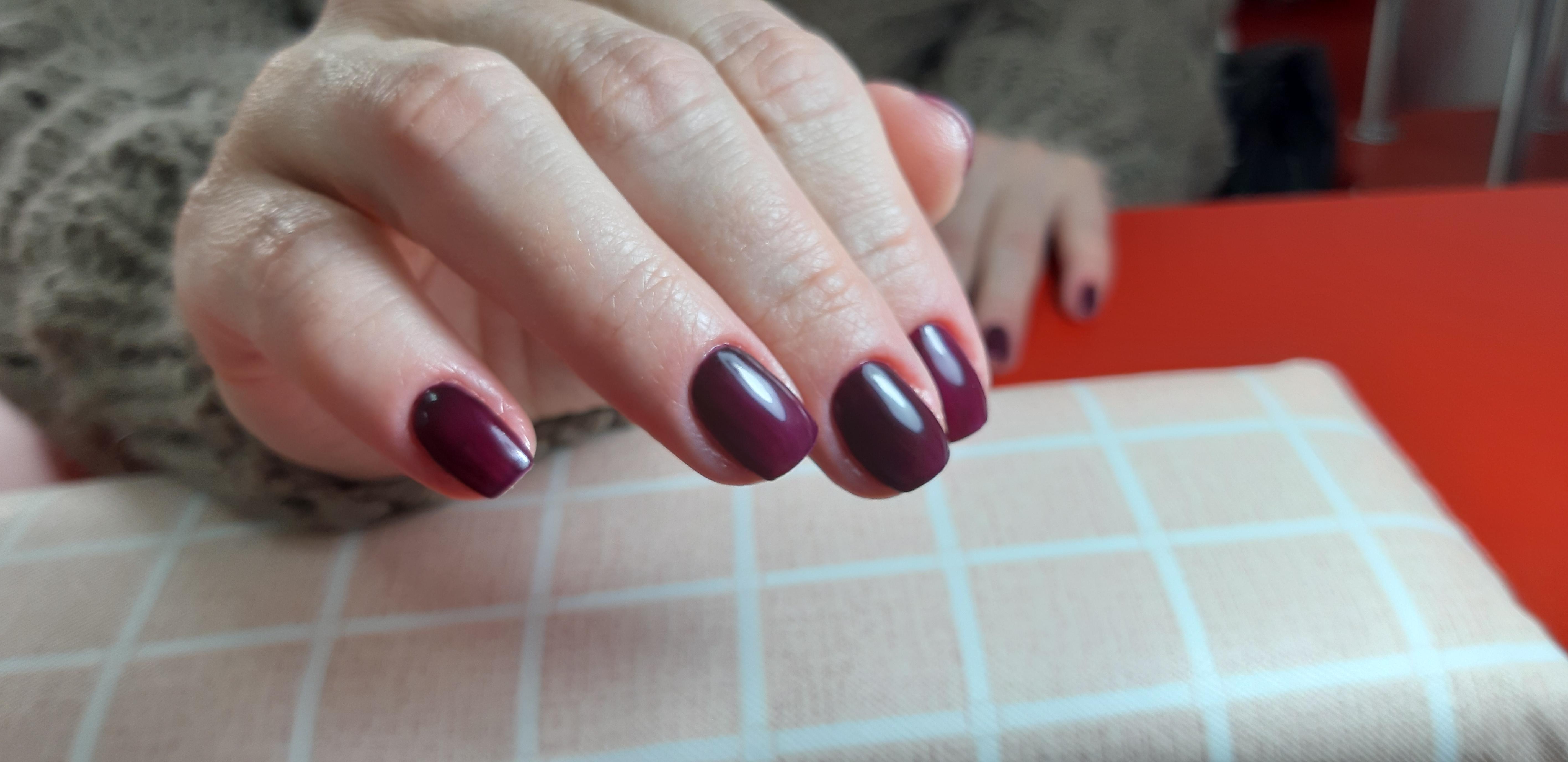 Маникюр в баклажановом цвете на короткие ногти.