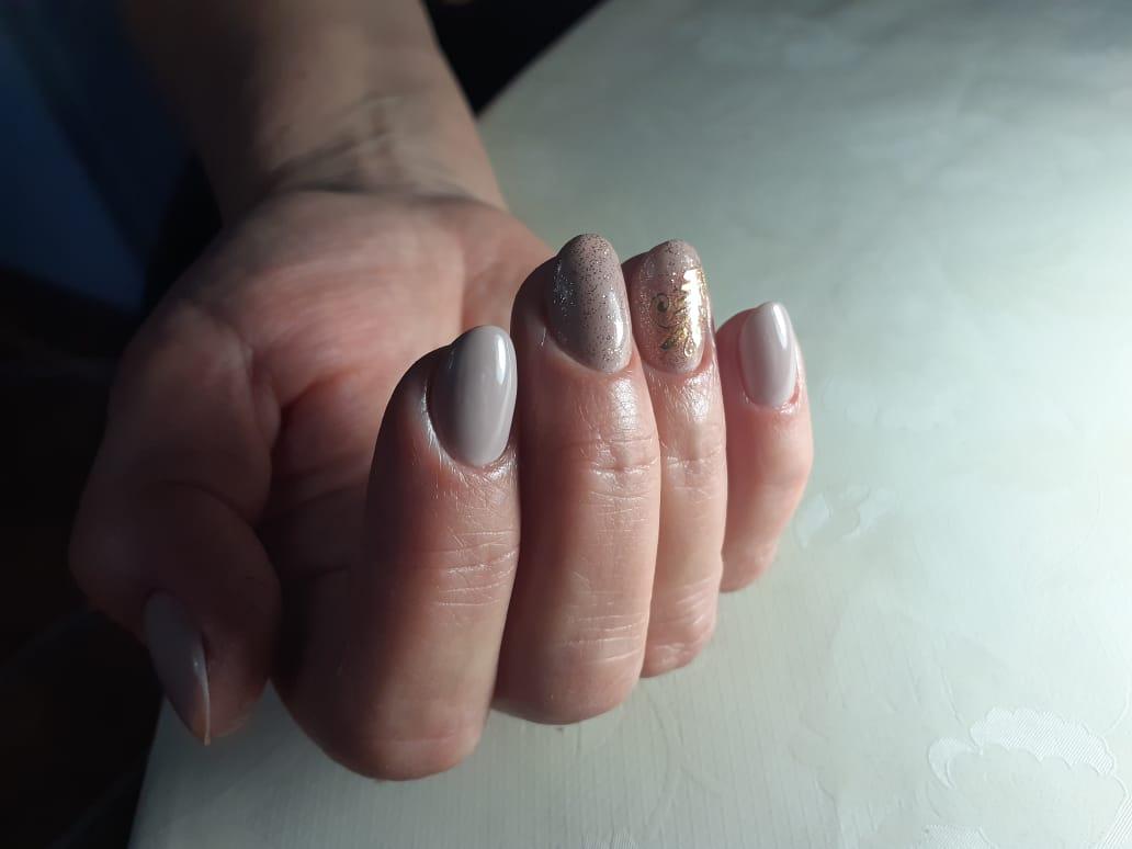 Маникюр с блестками в сером цвете на короткие ногти.
