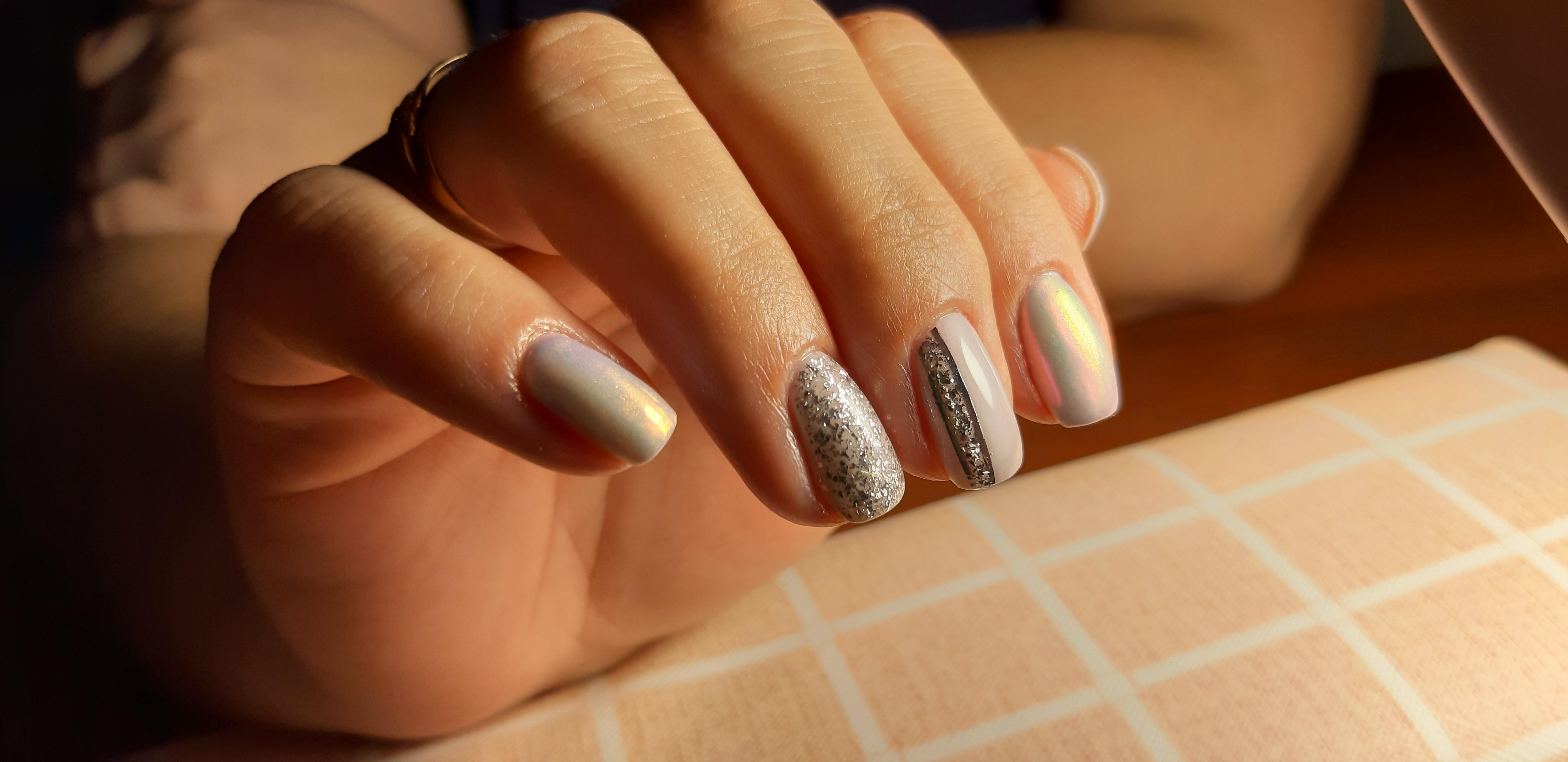Маникюр с блестками и втиркой в пастельных тонах на короткие ногти.