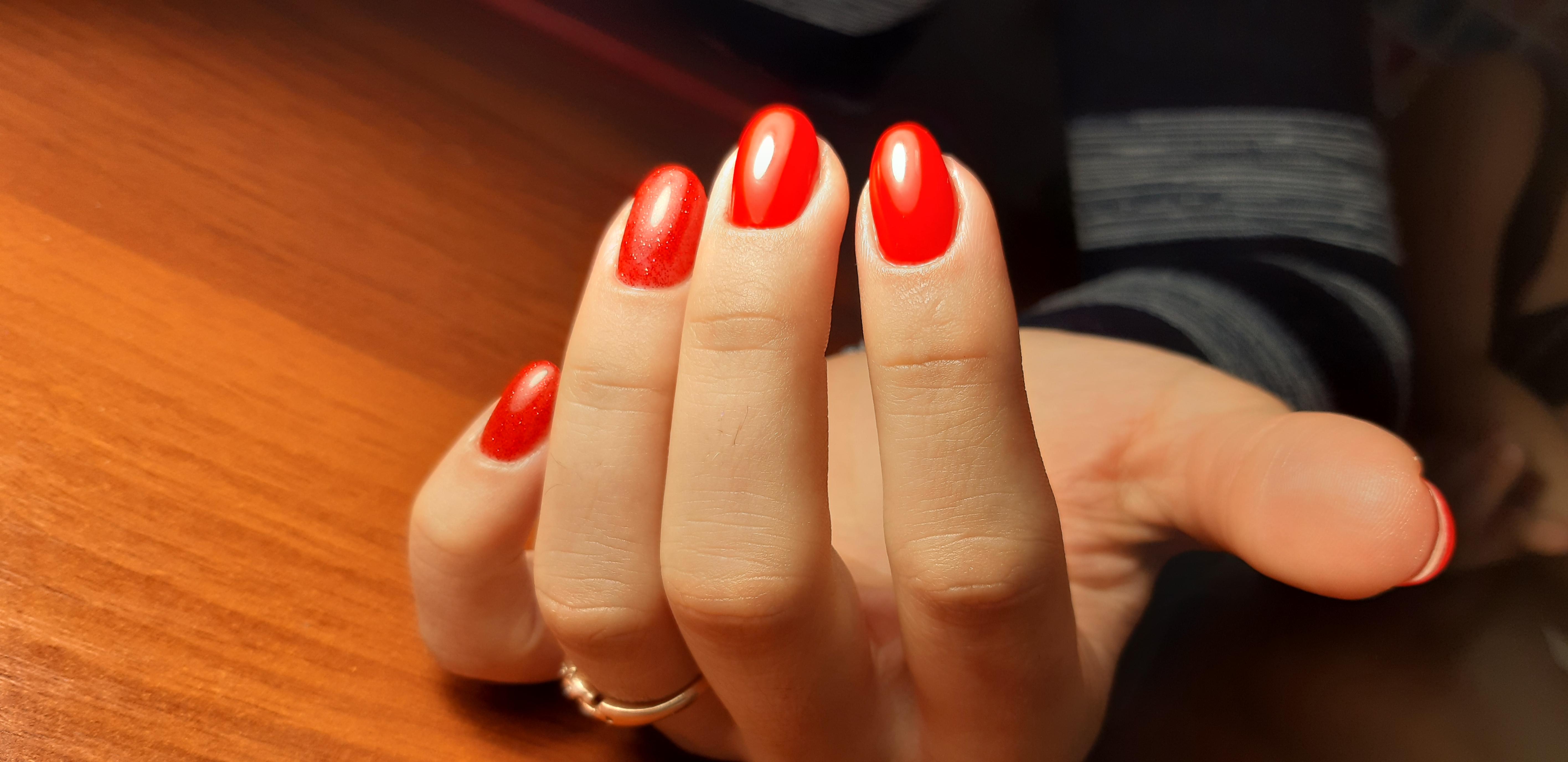 Маникюр в красном цвете на короткие ногти.