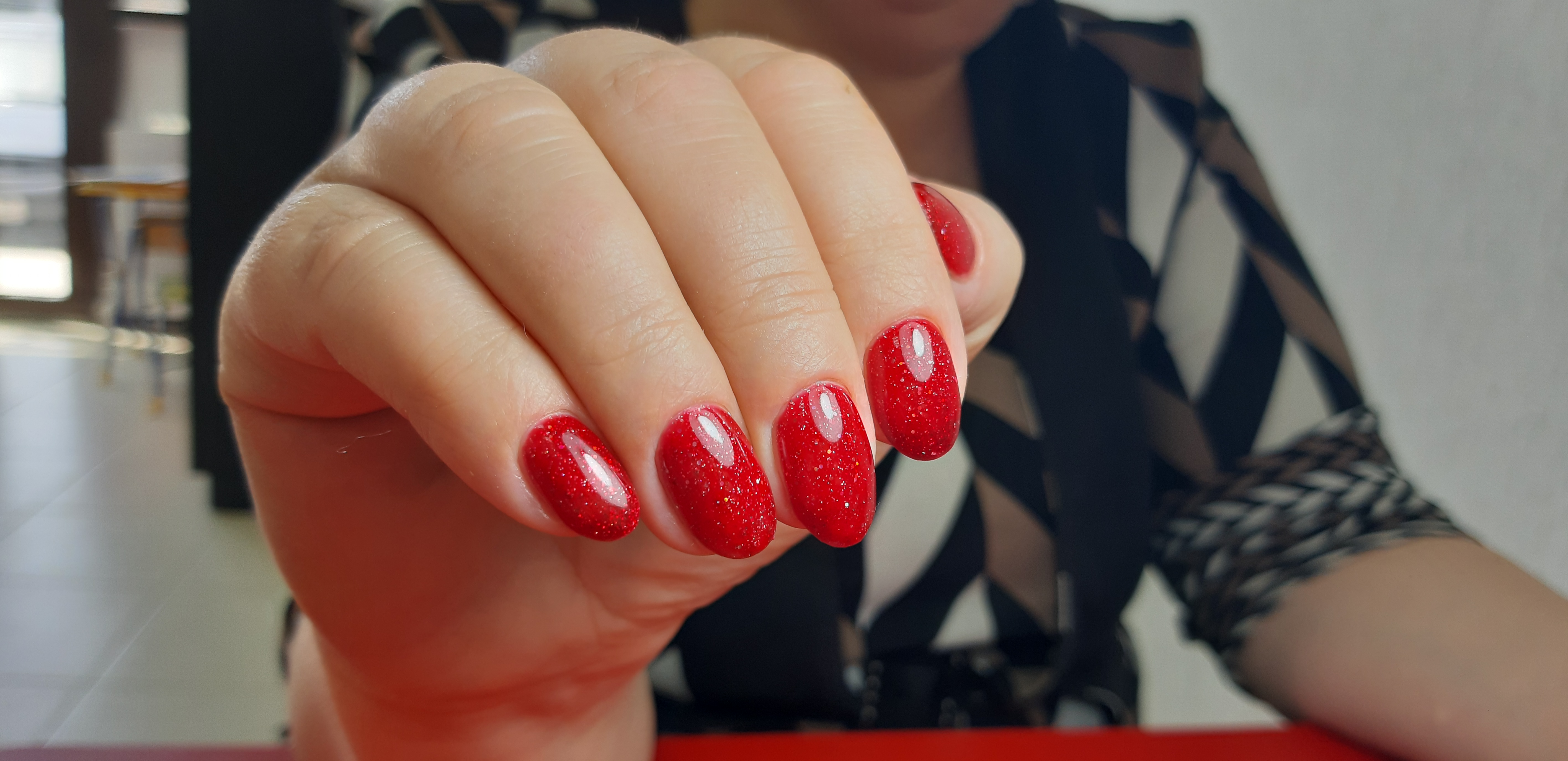Маникюр с блестками в красном цвете на короткие ногти.