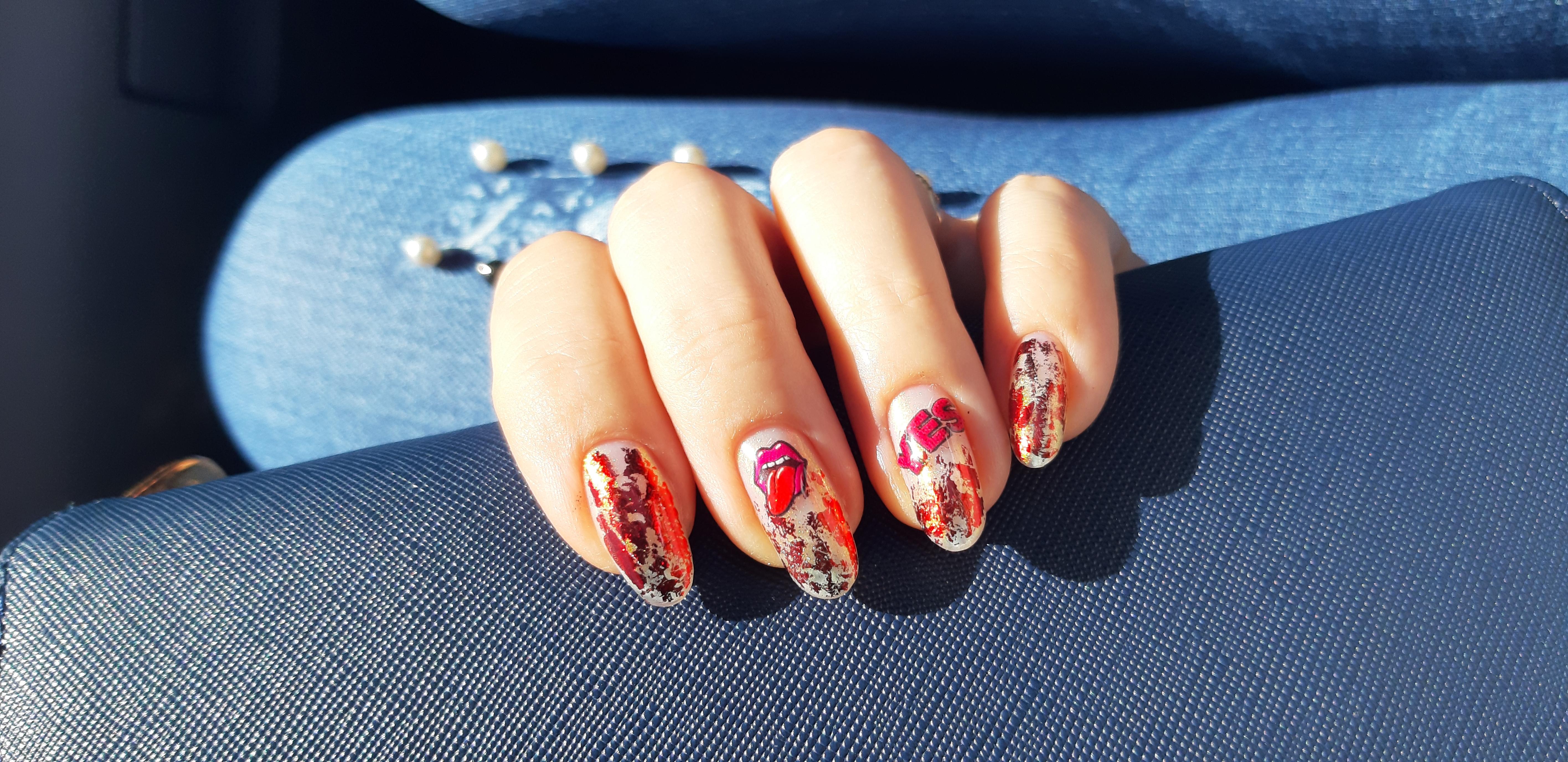 Маникюр с цветной фольгой и слайдерами на длинные ногти.