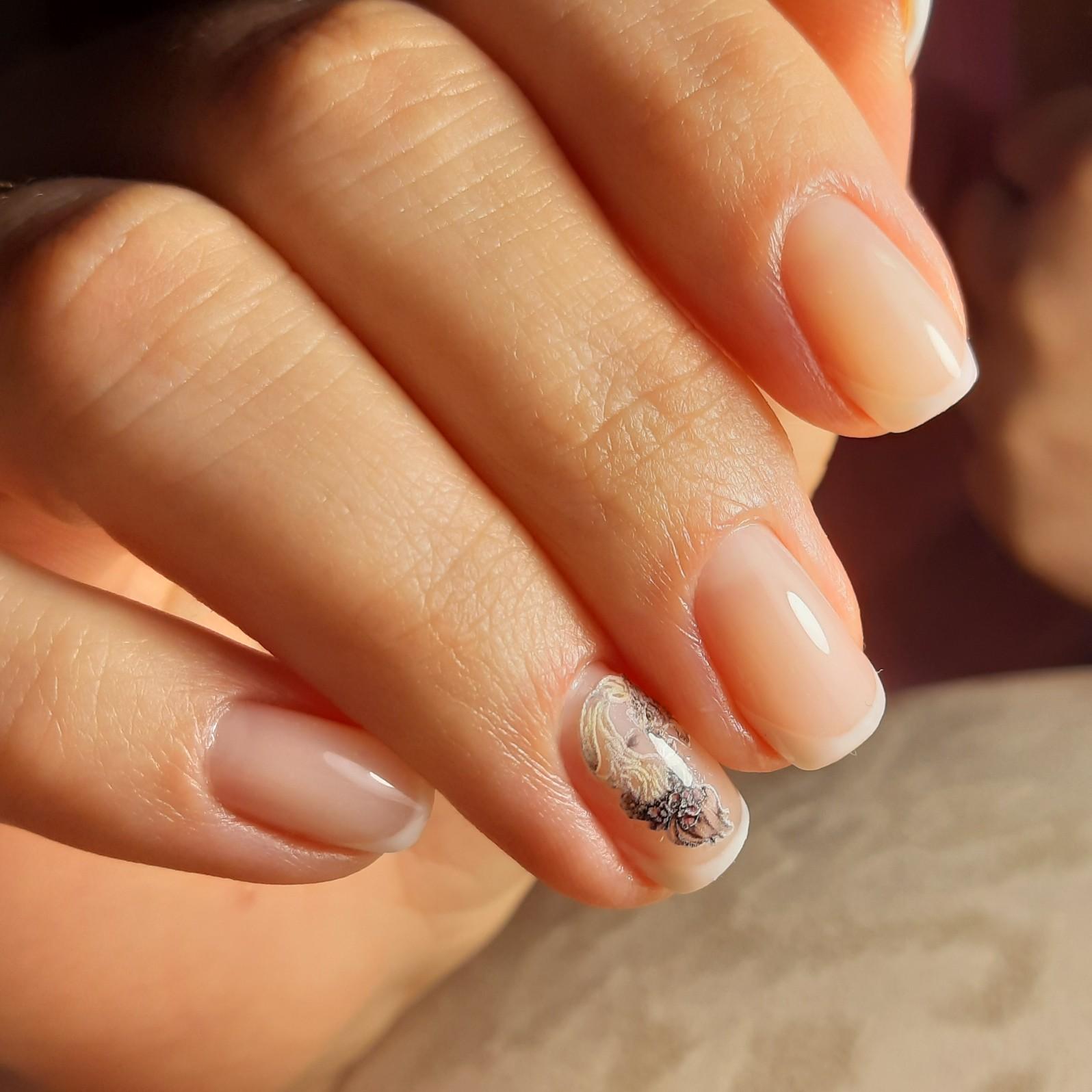 Френч с цветочными слайдерами на короткие ногти.