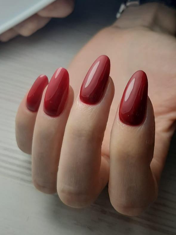 Маникюр в бордовом цвете на длинные ногти.