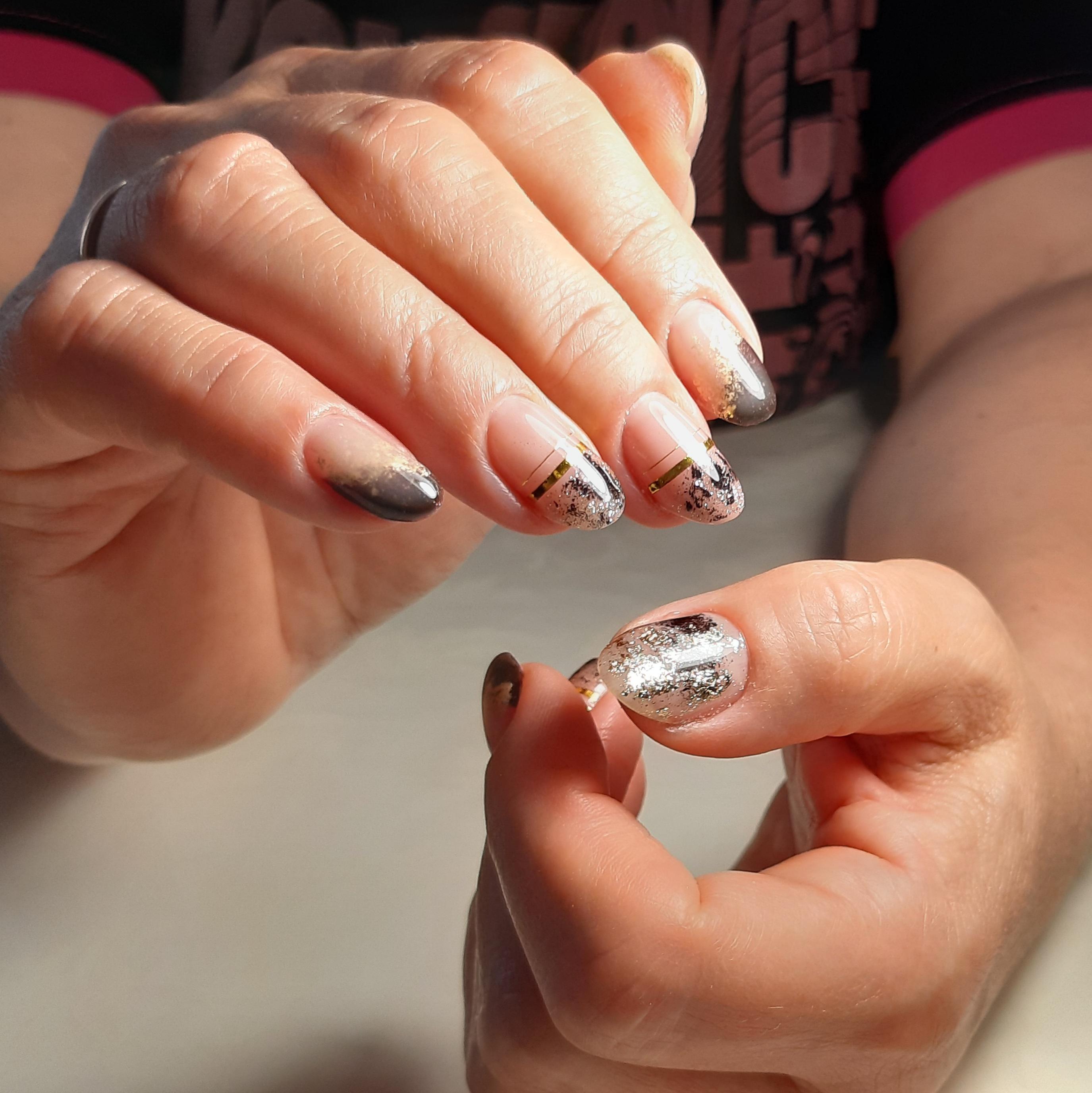 Нюдовый маникюр с фольгой и золотыми полосками на короткие ногти.