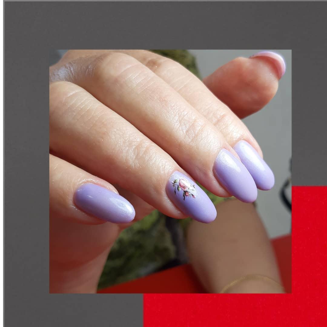 Маникюр с цветочными слайдерами в сиреневом цвете на длинные ногти.