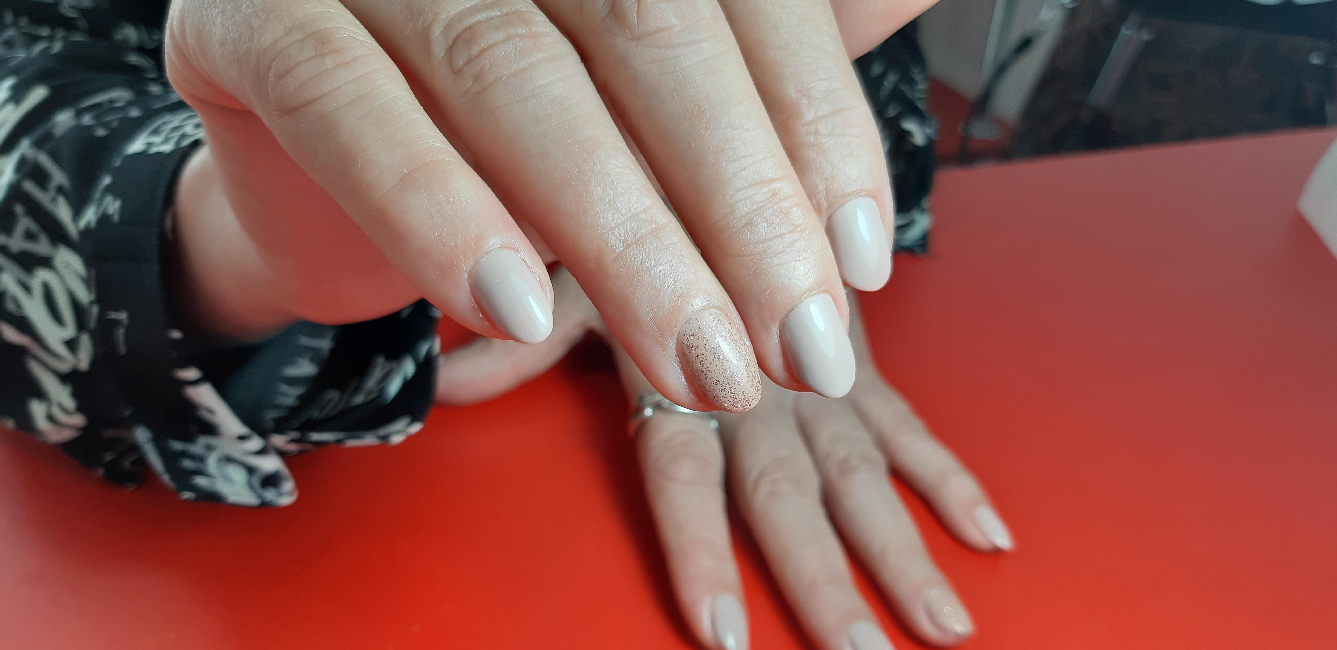 Маникюр с блестками в молочном цвете на короткие ногти.