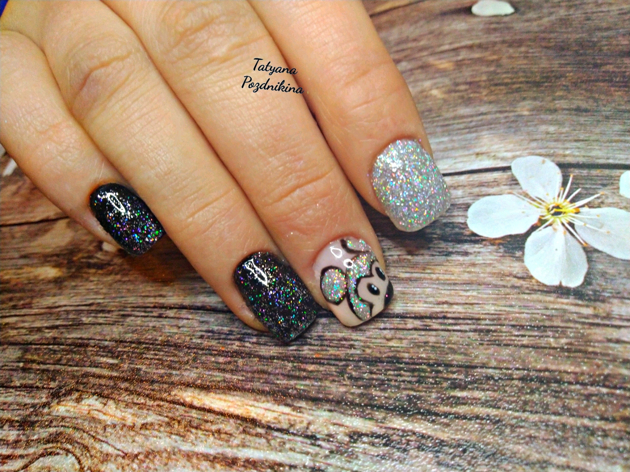 Маникюр с Микки Маусом и блестками на короткие ногти.