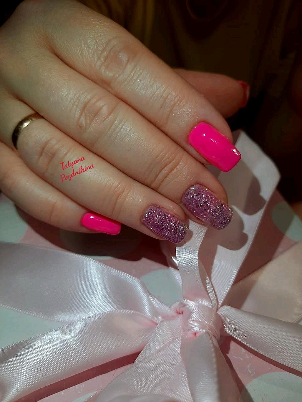 Маникюр с блестками в цвете фуксия на длинные ногти.