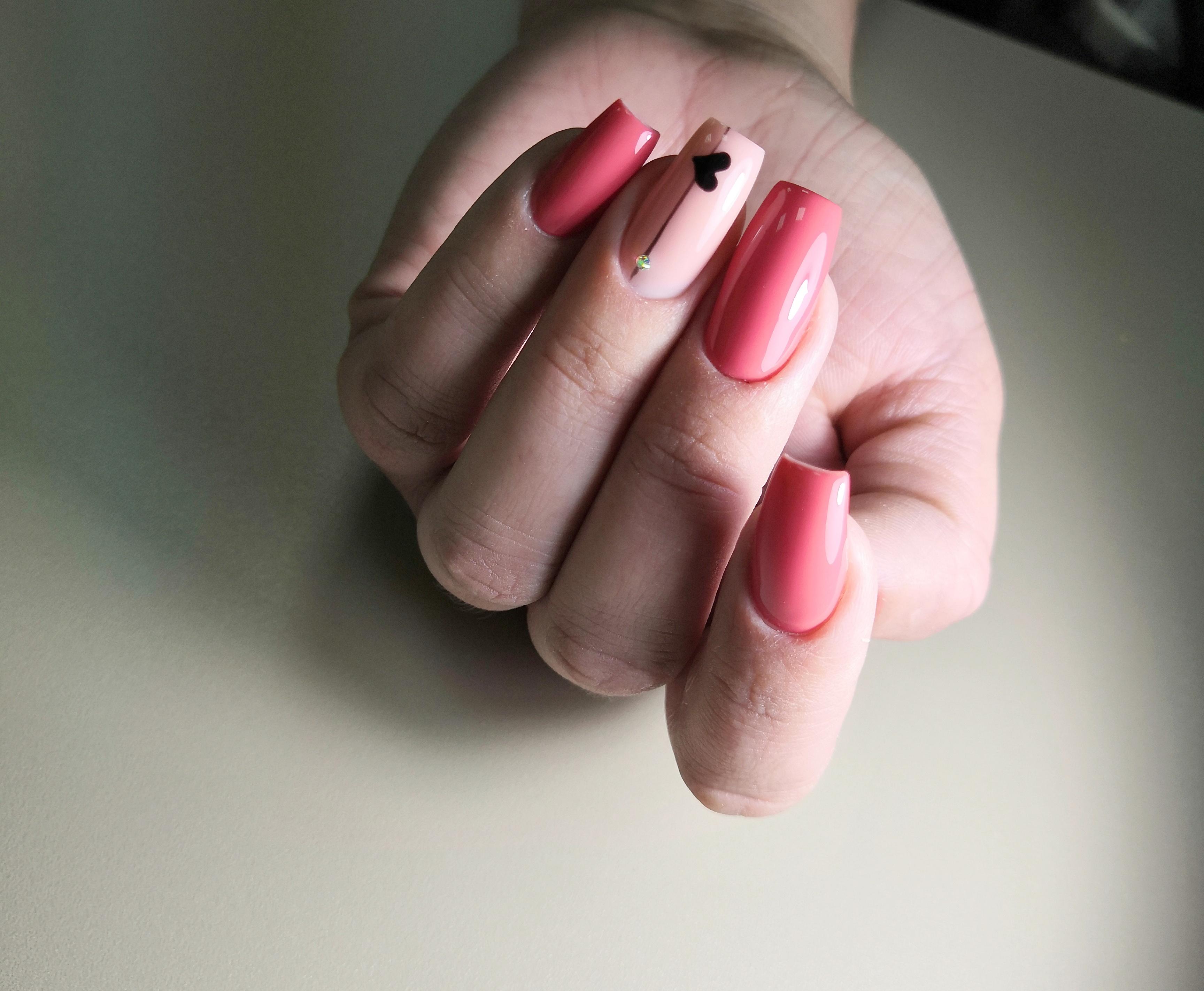 """Маникюр в розовом цвете с рисунком """"сердечко"""", полосками и стразами."""