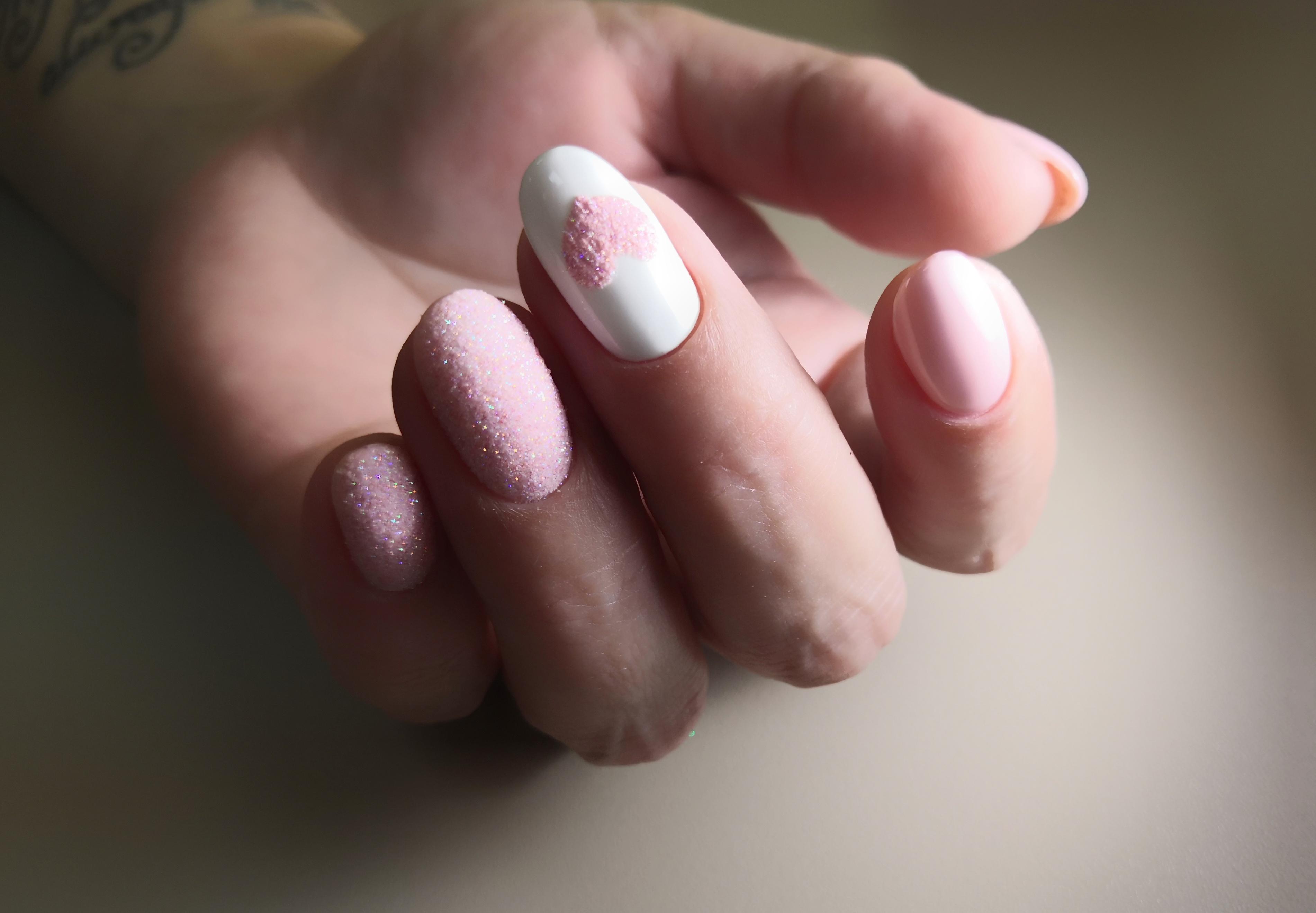 Маникюр в нежно-розовом оттенке с блестящим песком.