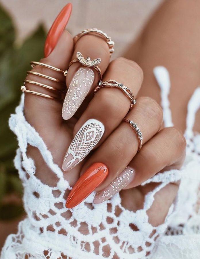 Маникюр с кружевным дизайном в рыжем цвете на длинные ногти.