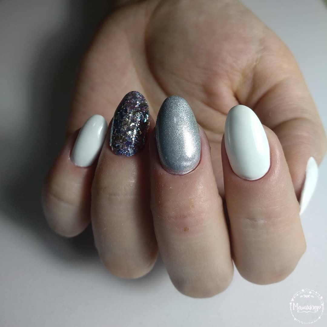 Маникюр с серебряной втиркой и камифубуки в белом цвете на короткие ногти.