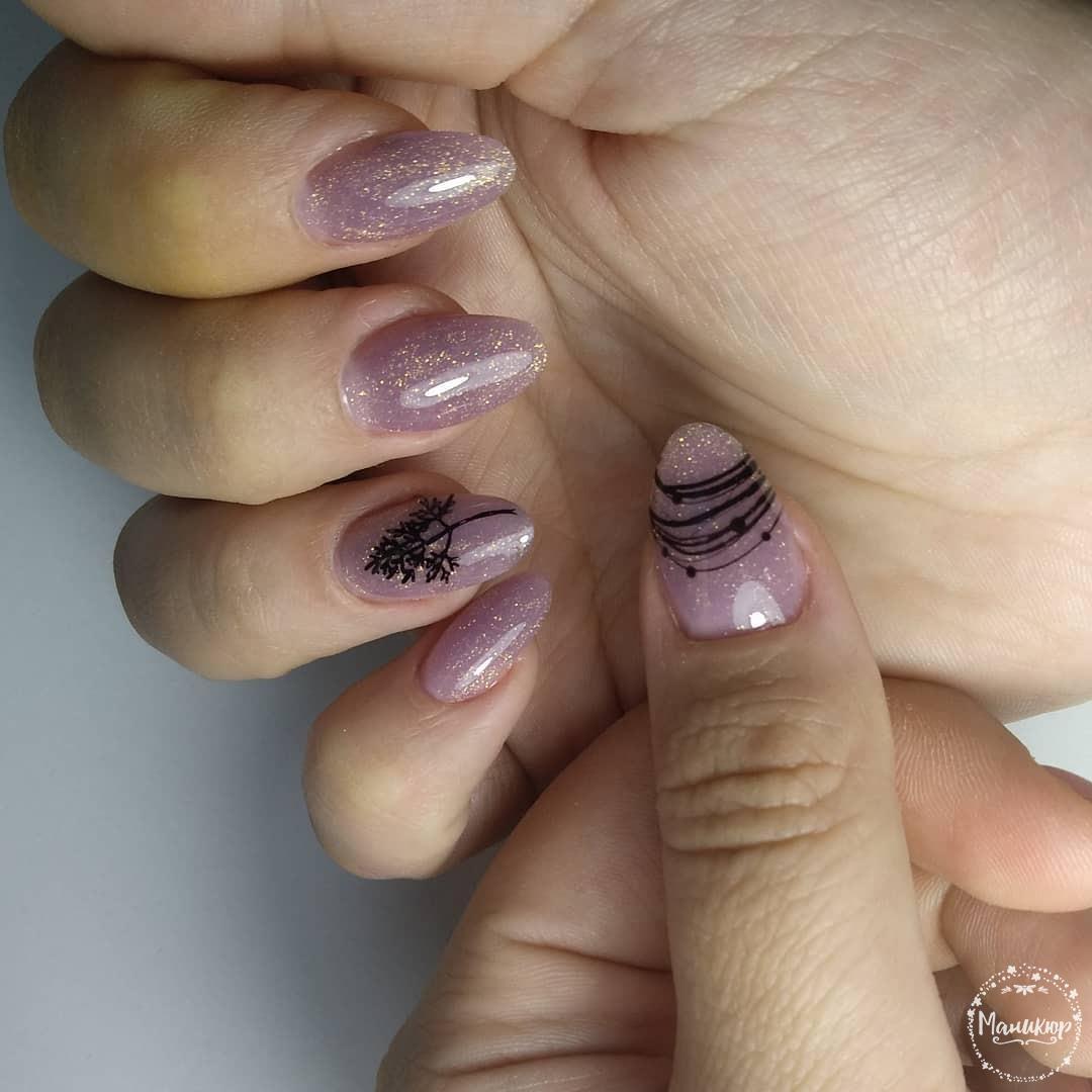 Маникюр с блестками и паутинкой в сиреневом цвете на длинные ногти.