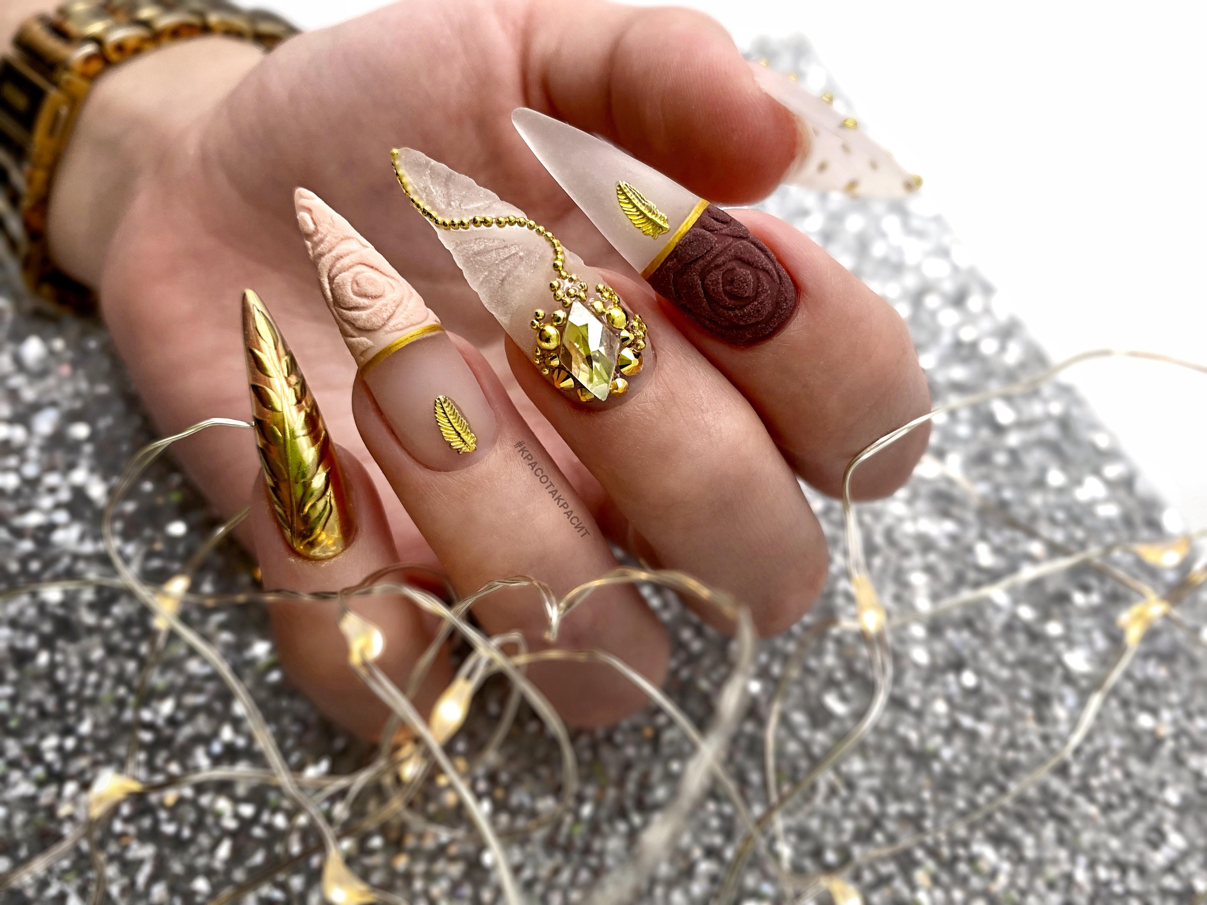 Маникюр с песочным рисунком, золотой втиркой и стразами на длинные ногти.