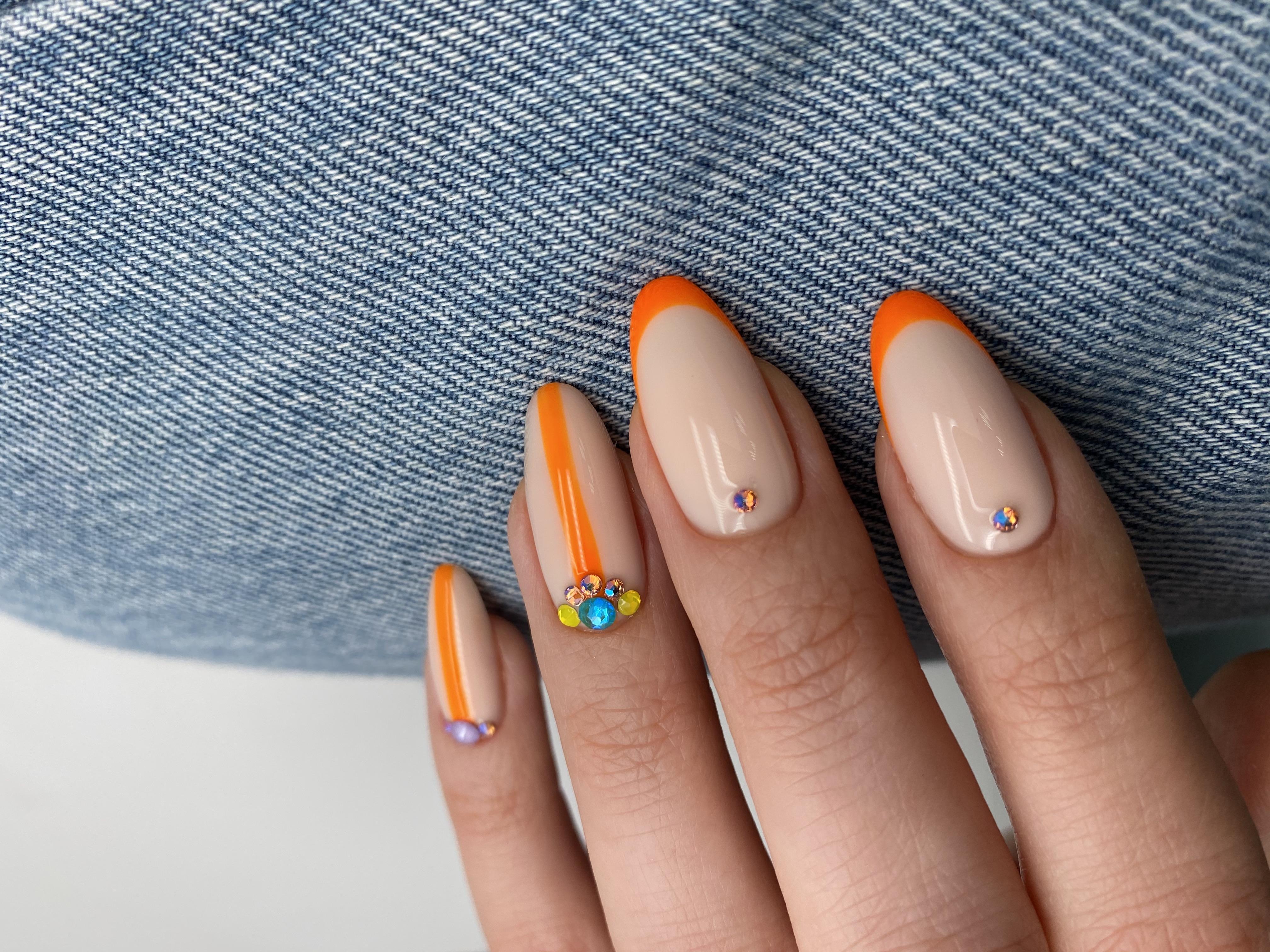 Френч с полосками и стразами в оранжевом цвете  на длинные ногти.