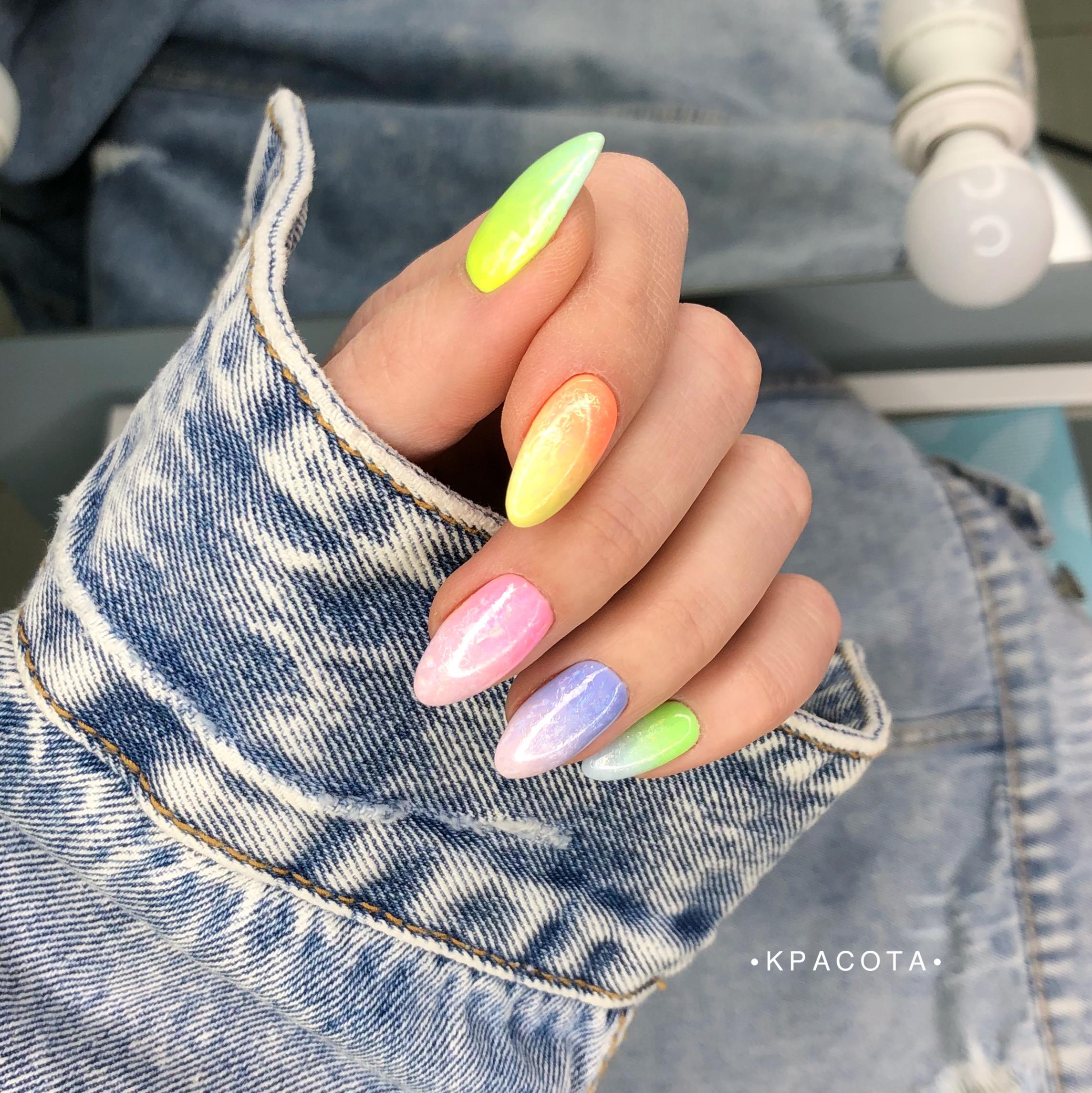 Цветной маникюр с градиентом на длинные ногти.