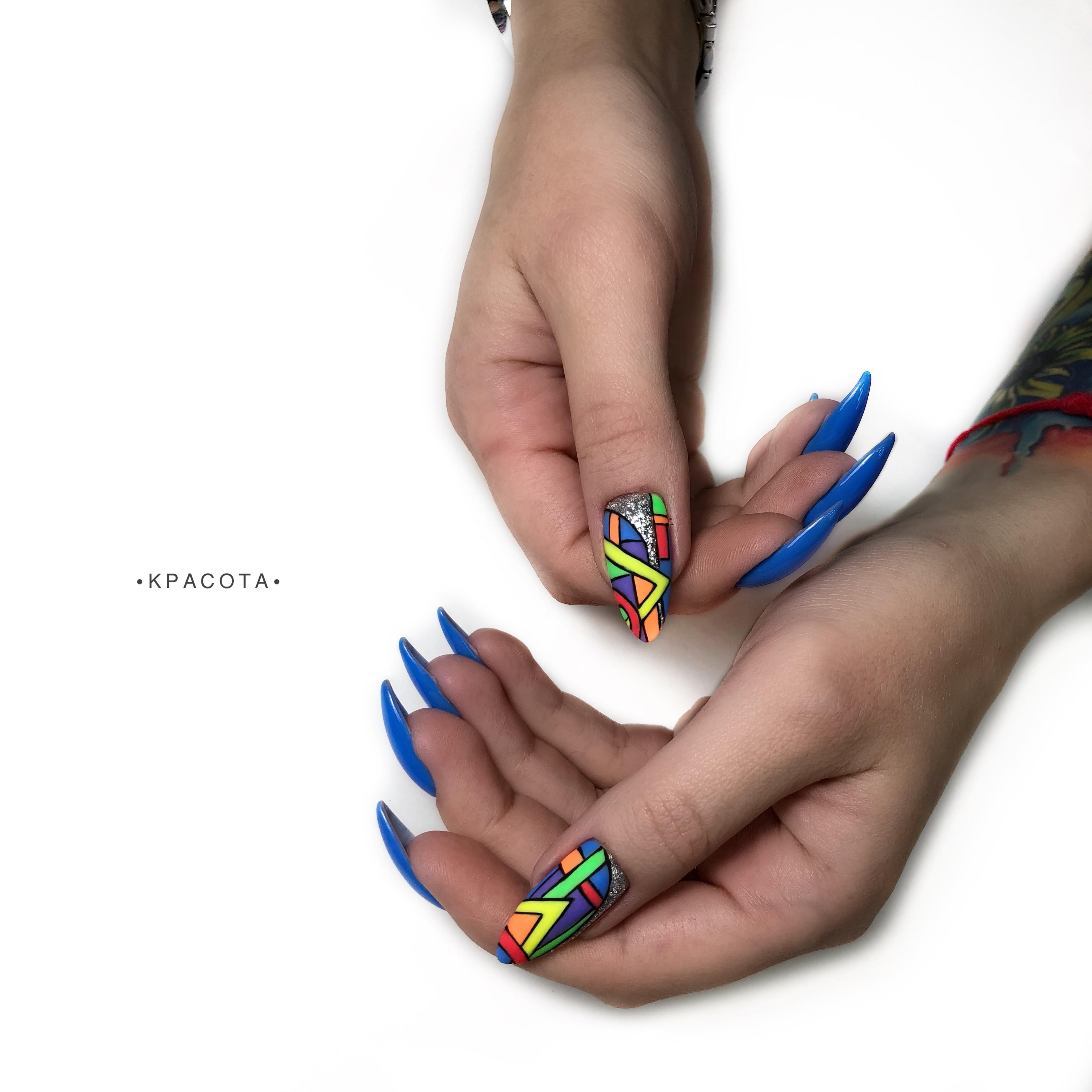Геометрический маникюр с серебряными блестками в синем цвете на длинные ногти.
