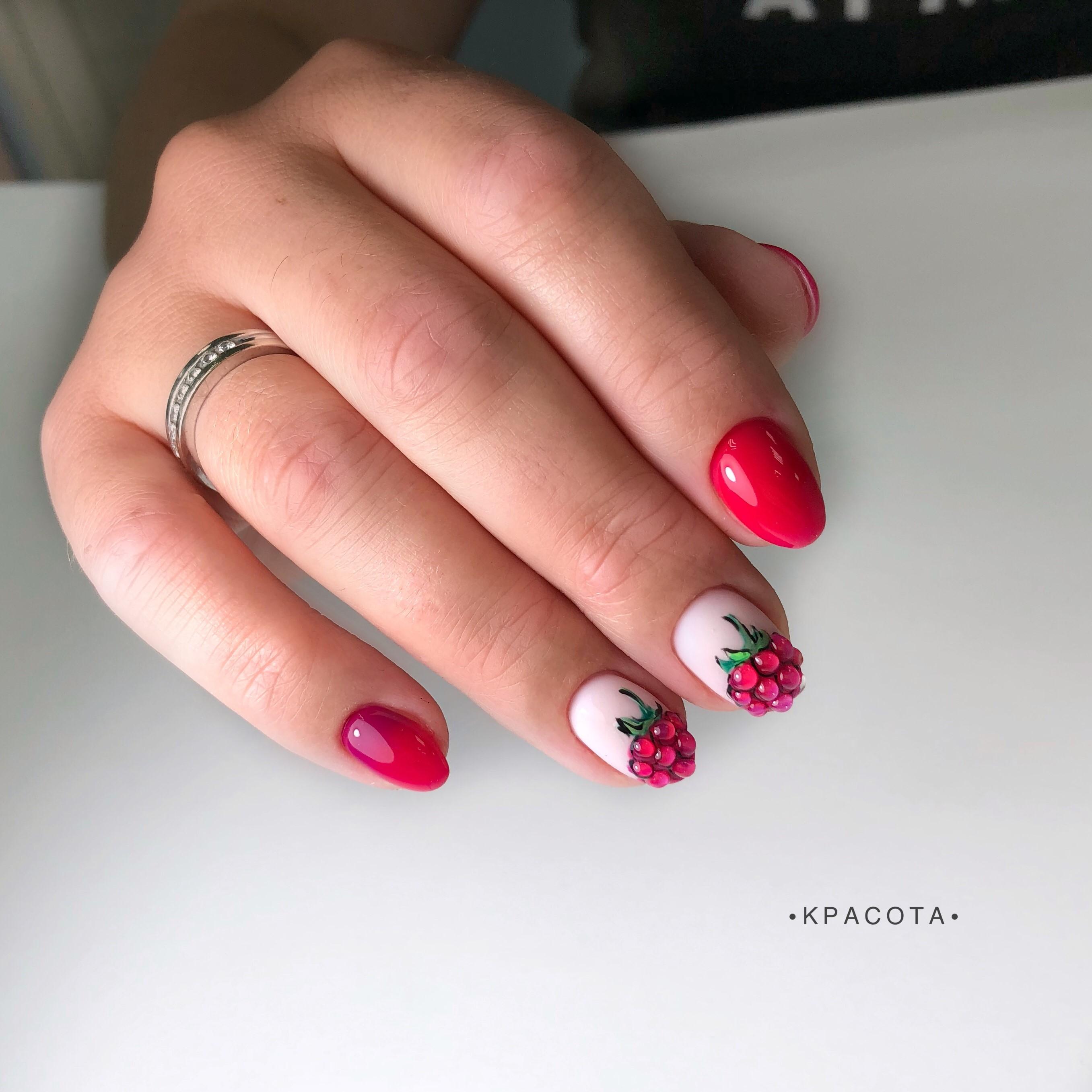 Маникюр с малиной в цвете фуксия на короткие ногти.