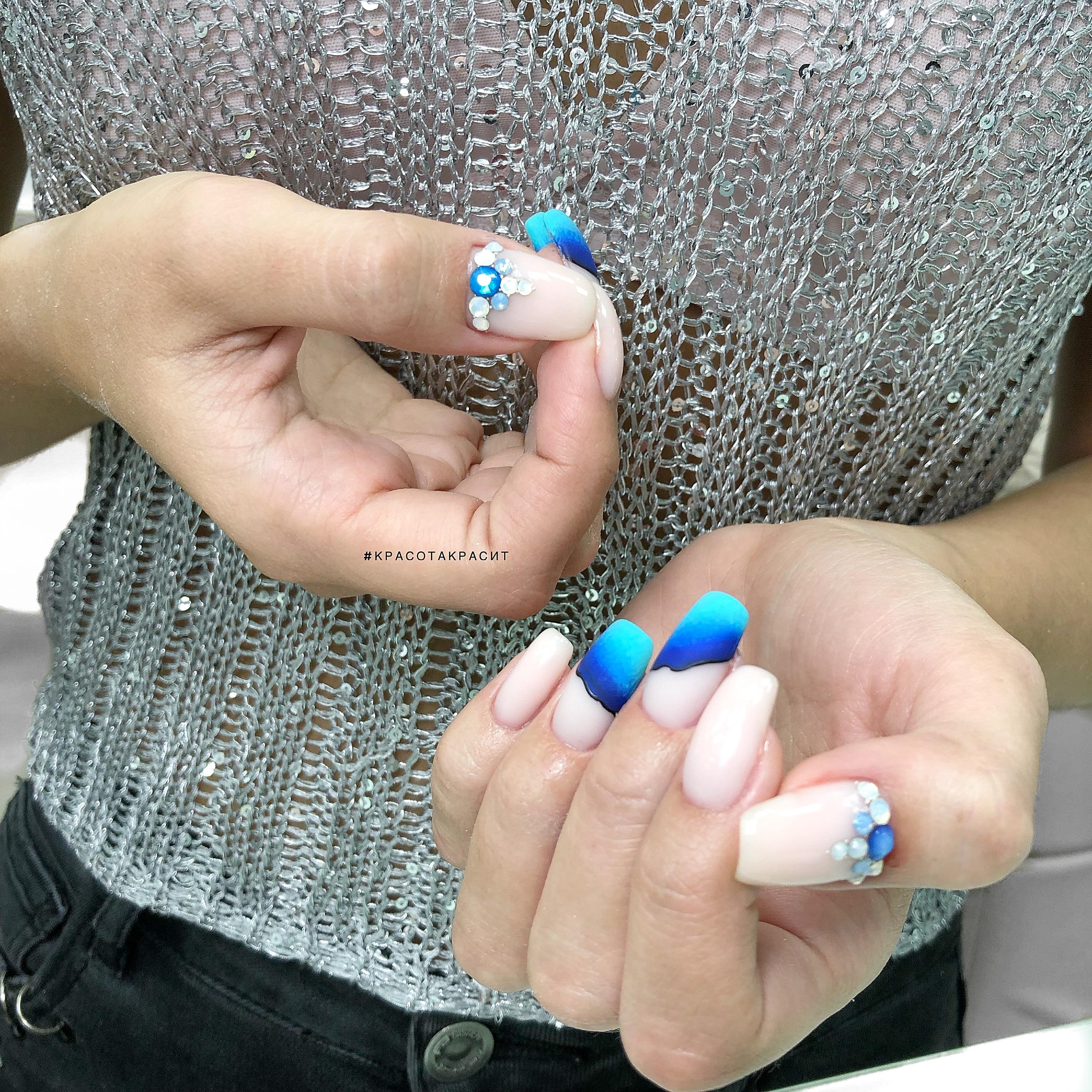 Нюдовый матовый маникюр с морским дизайном и стразами на длинные ногти.