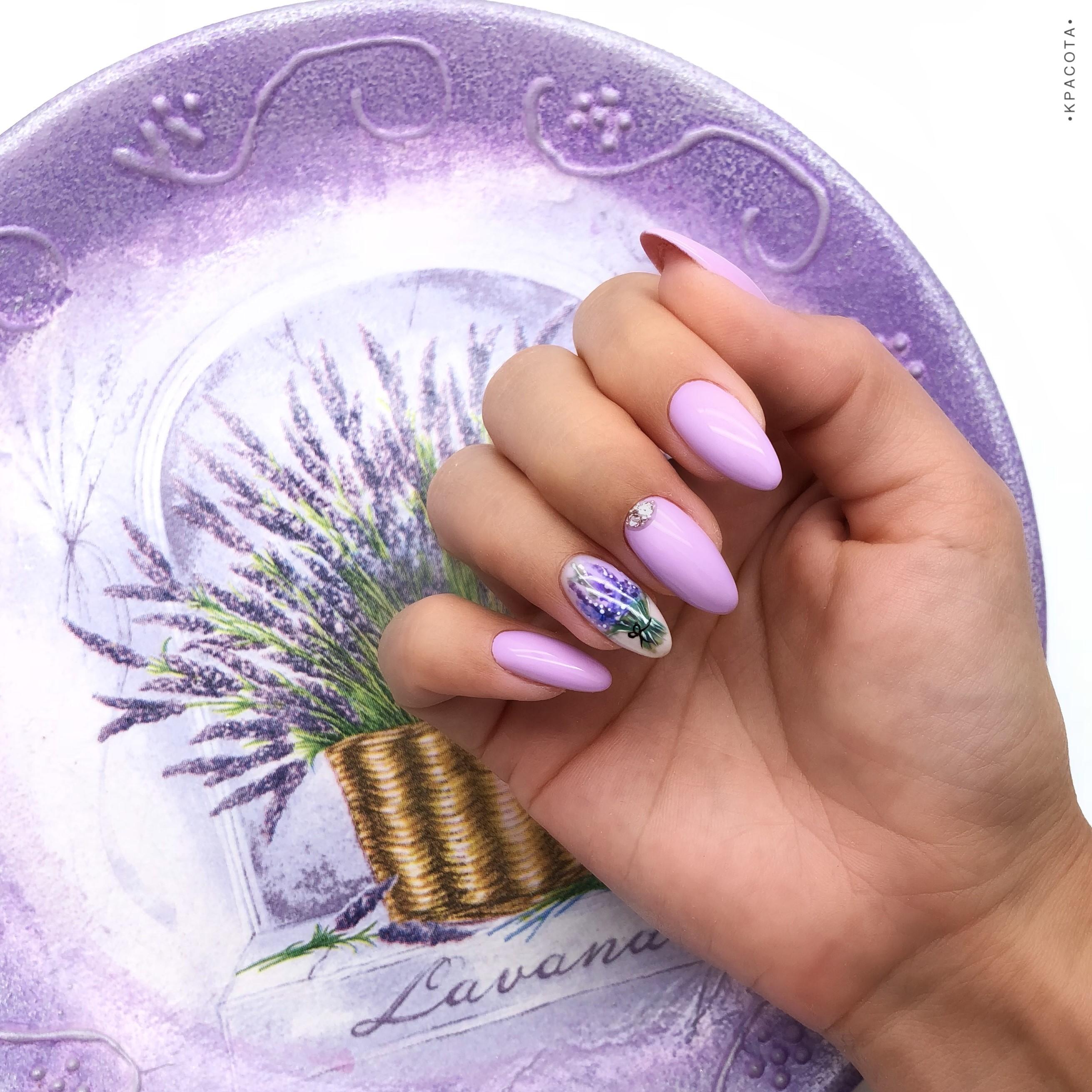 Маникюр с цветочным рисунком и блестками в сиреневом цвете на длинные ногти.