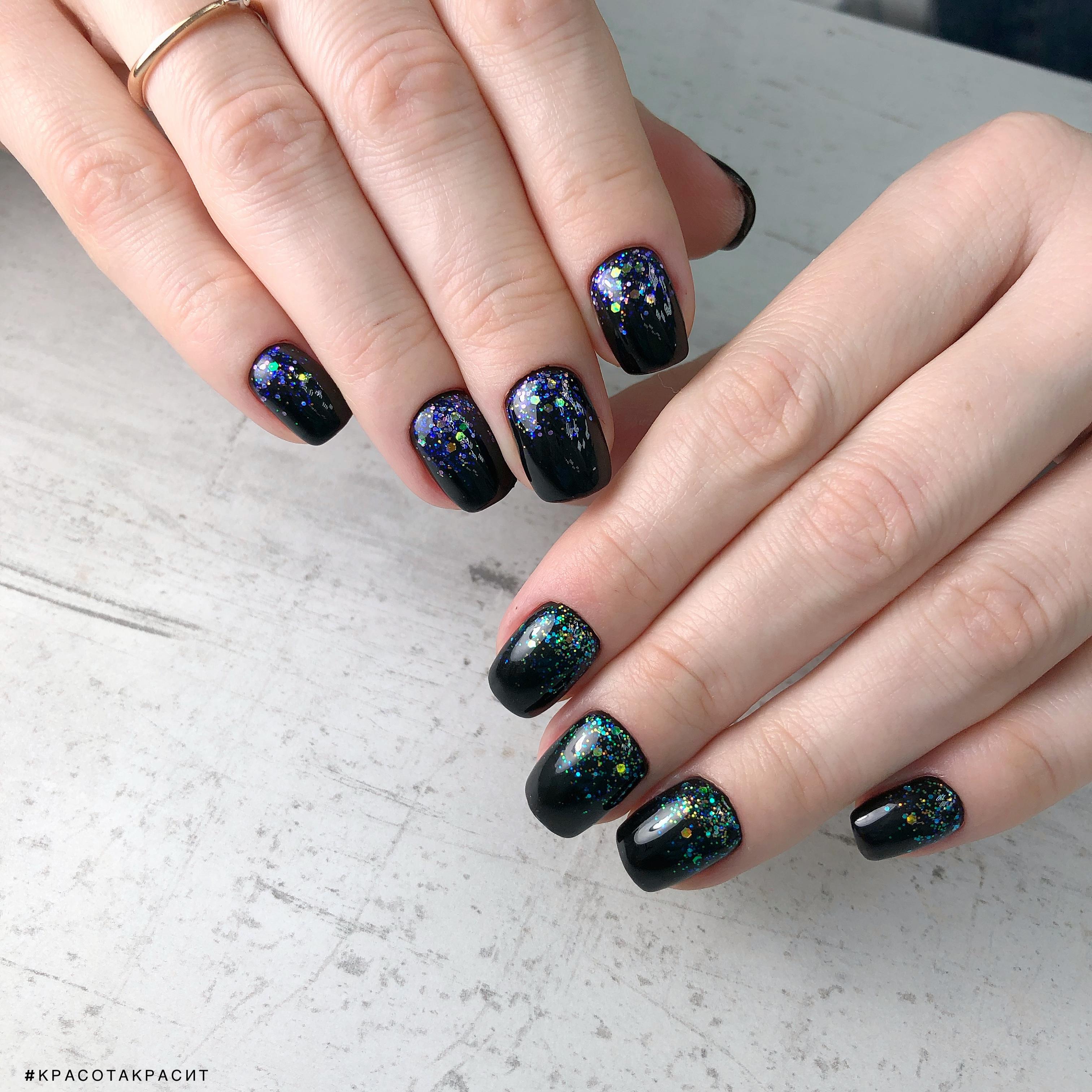 контрастный маникюр с цветными камифубуки в черном цвете на короткие ногти.