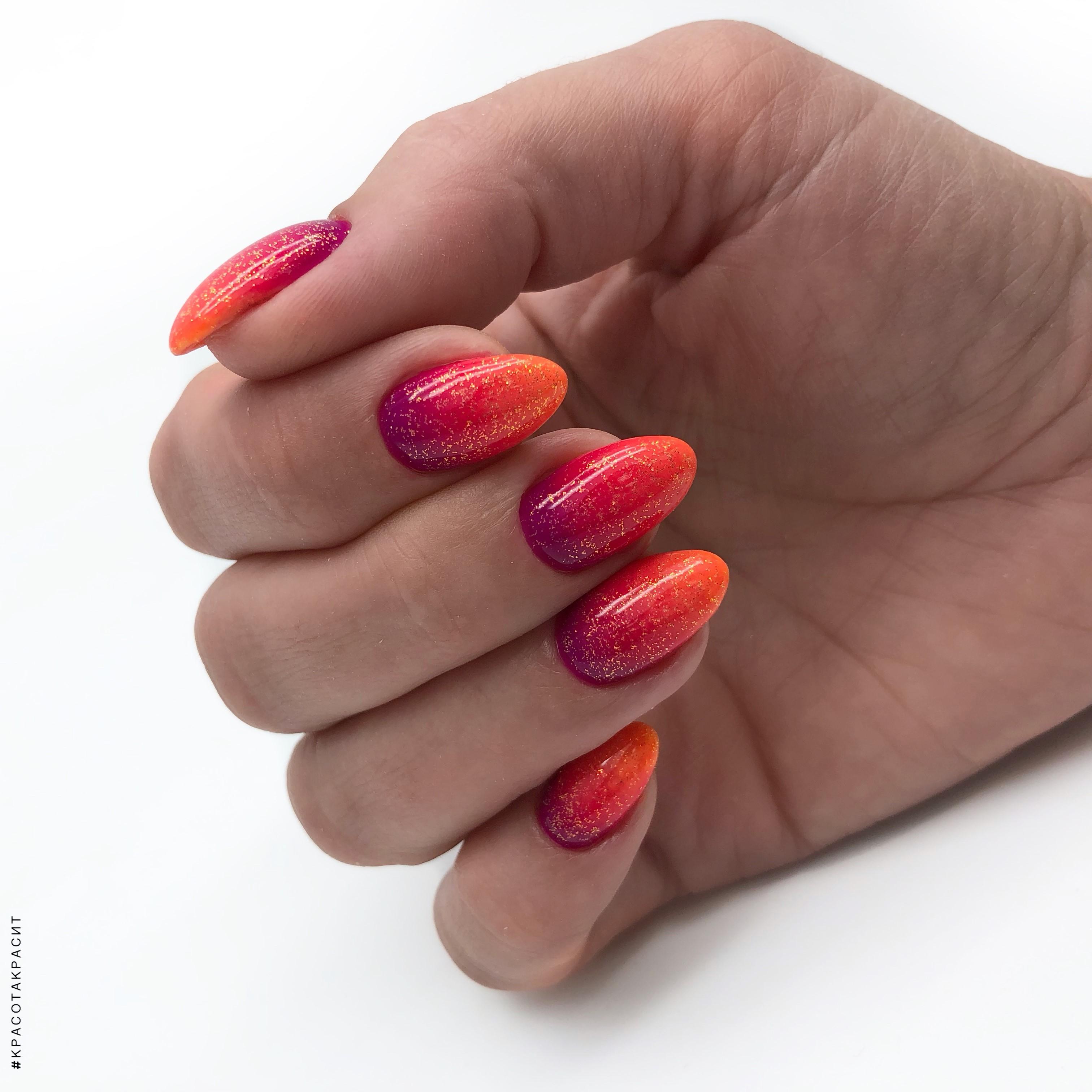 Маникюр с градиентом и блестками на короткие ногти.