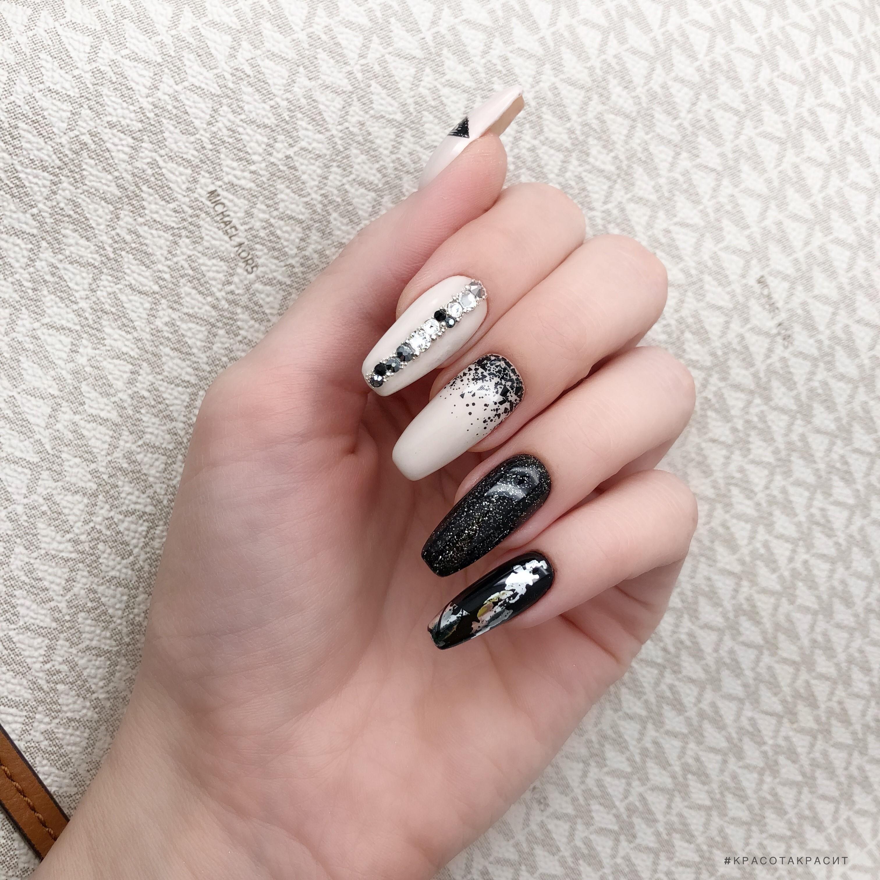 Маникюр с блестками, стразами и серебряной фольгой на длинные ногти.
