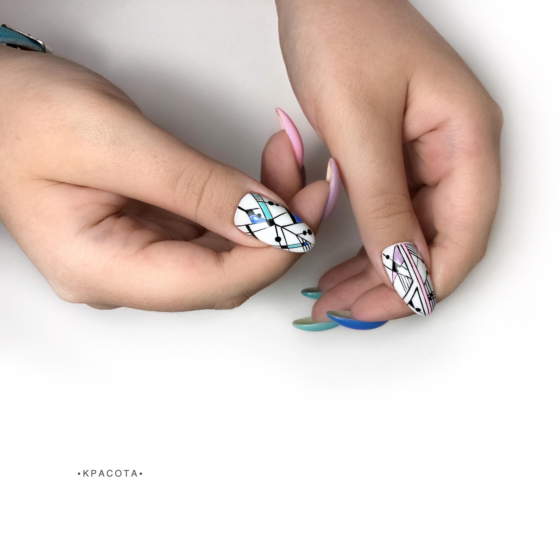 Контрастный геометрический маникюр на длинные ногти.