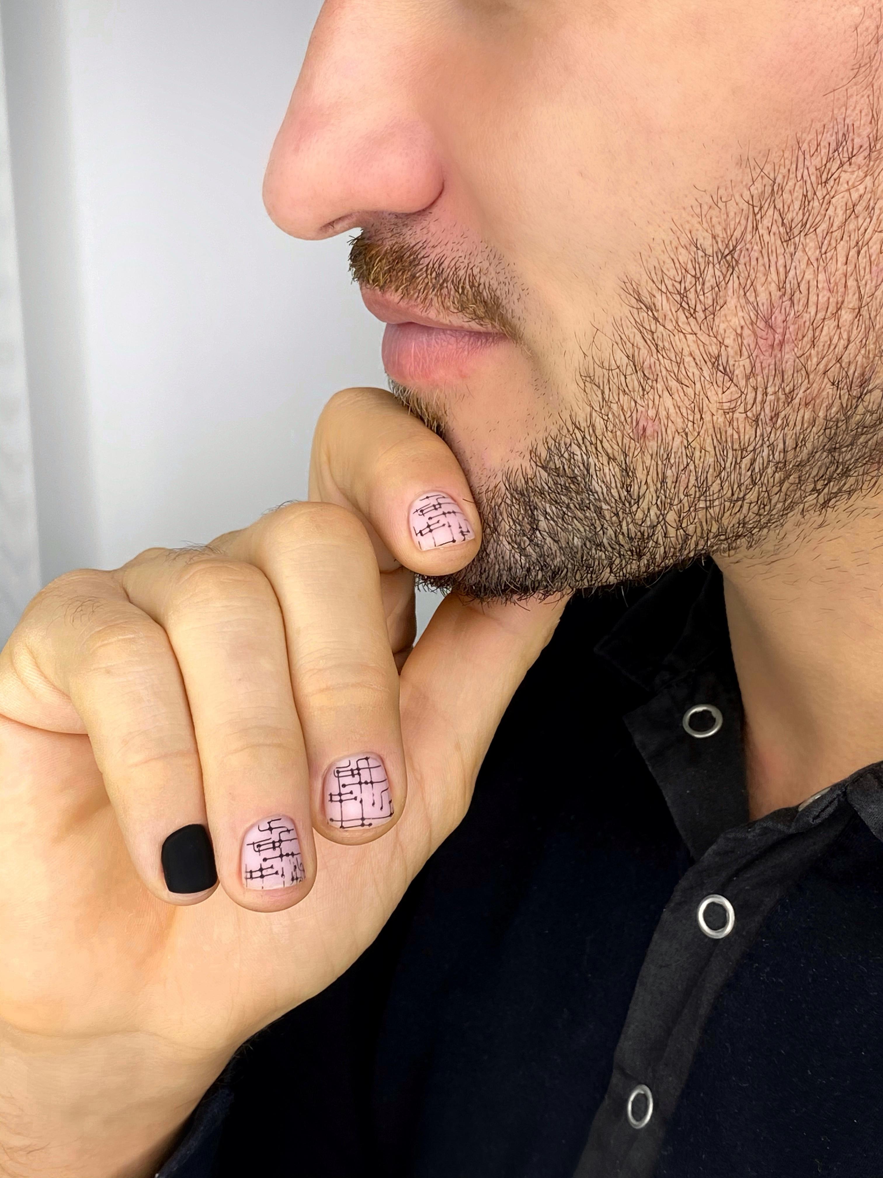 Нюдовый маникюр с геометрическим рисунком и матовым дизайном на короткие ногти.