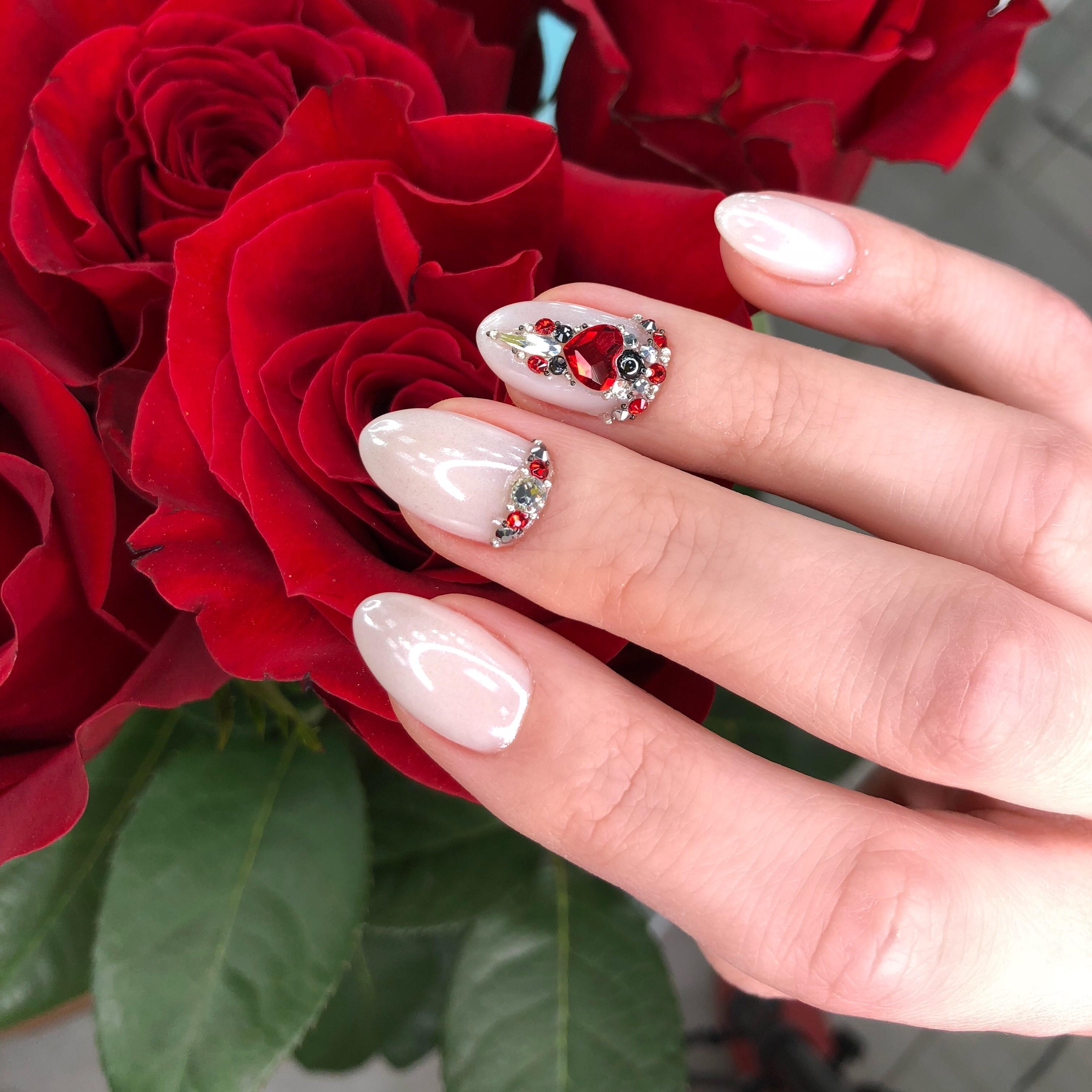 Маникюр с втиркой и стразами в молочном цвете на короткие ногти.