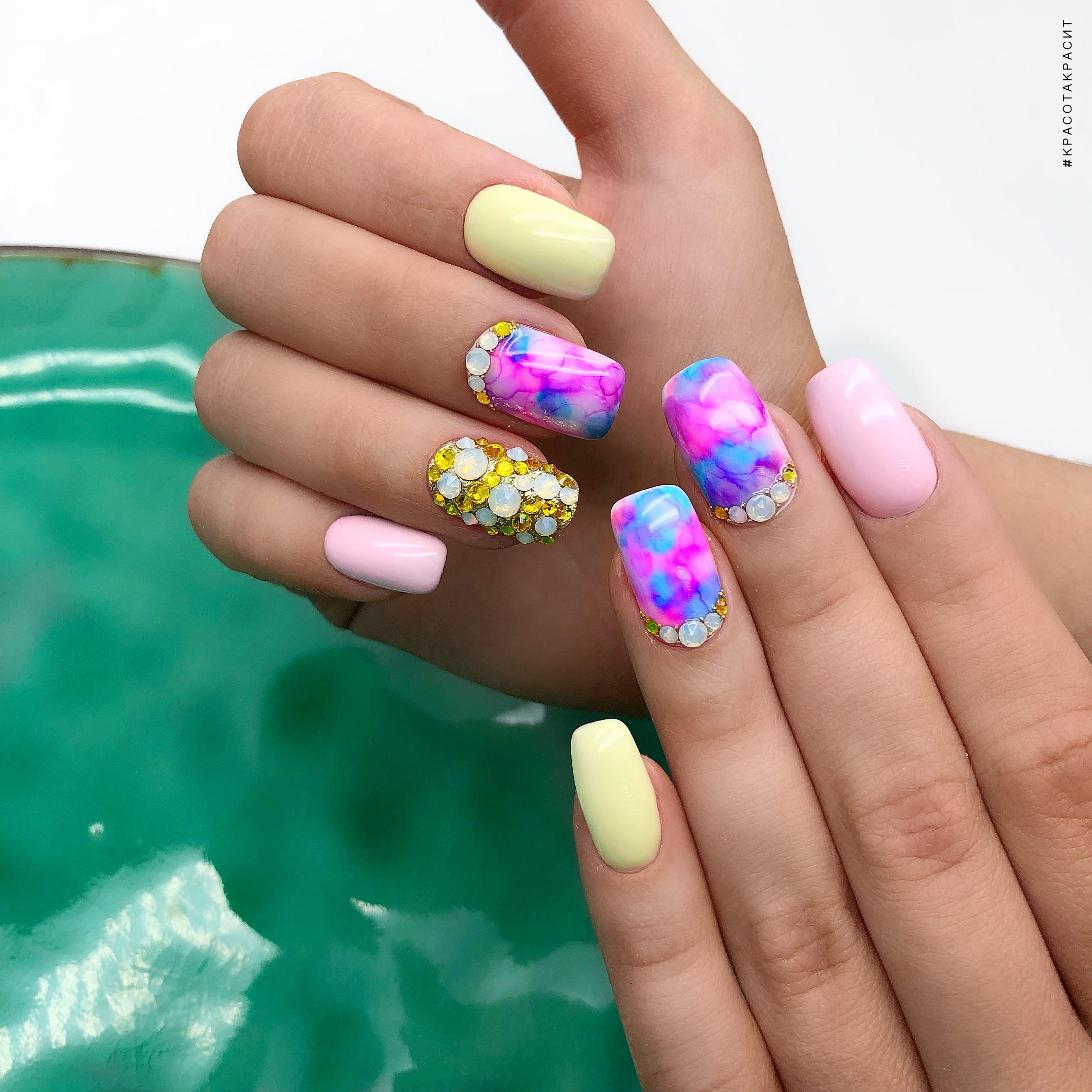 Маникюр с цветным абстрактным рисунком и стразами на короткие ногти.