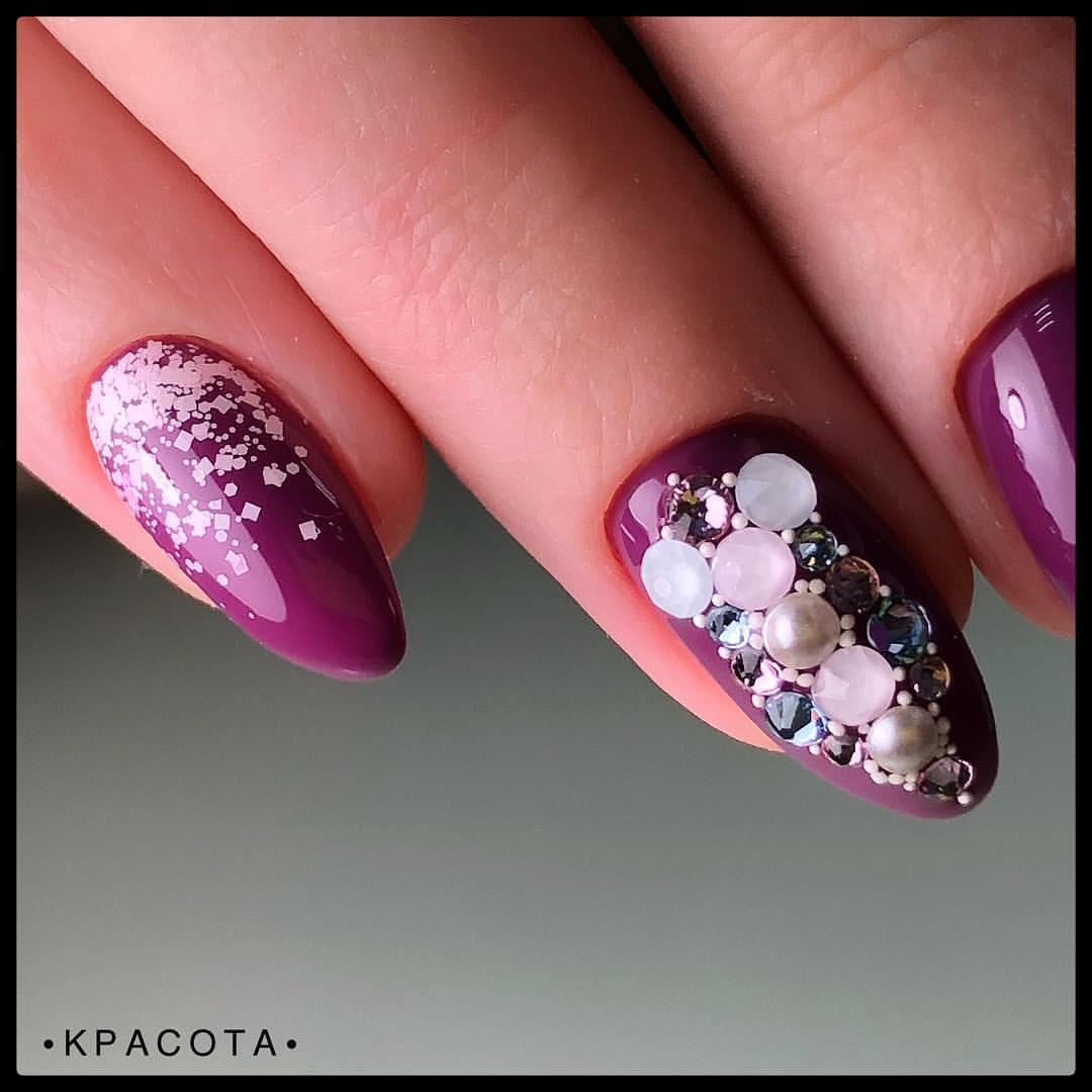 Маникюр с камифубуки и стразами в баклажановом цвете на длинные ногти.