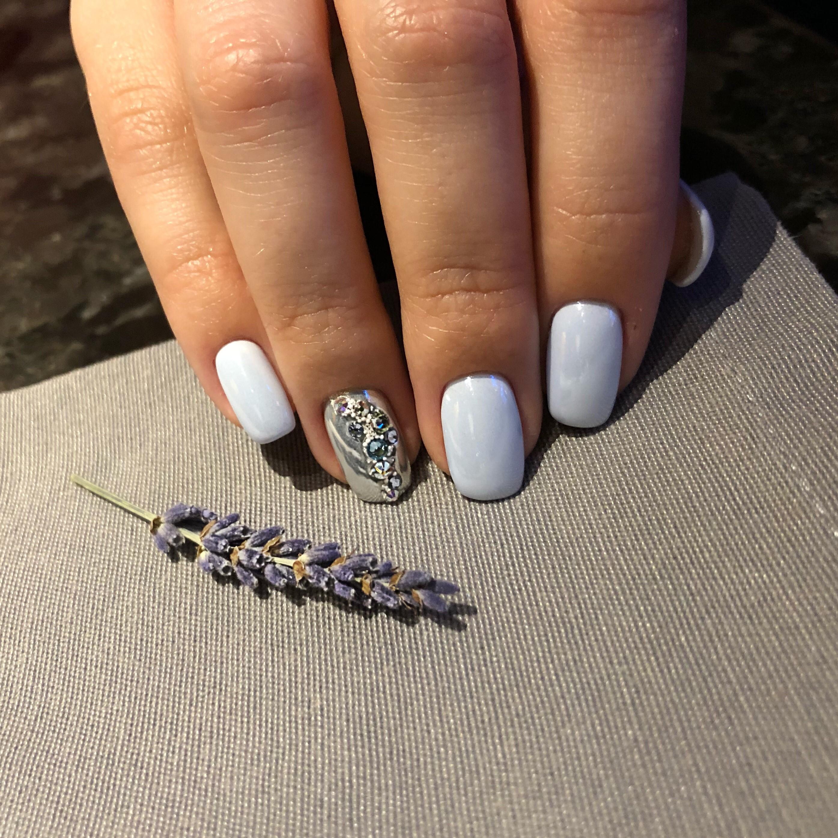 Маникюр со стразами в пастельных тонах на короткие ногти.