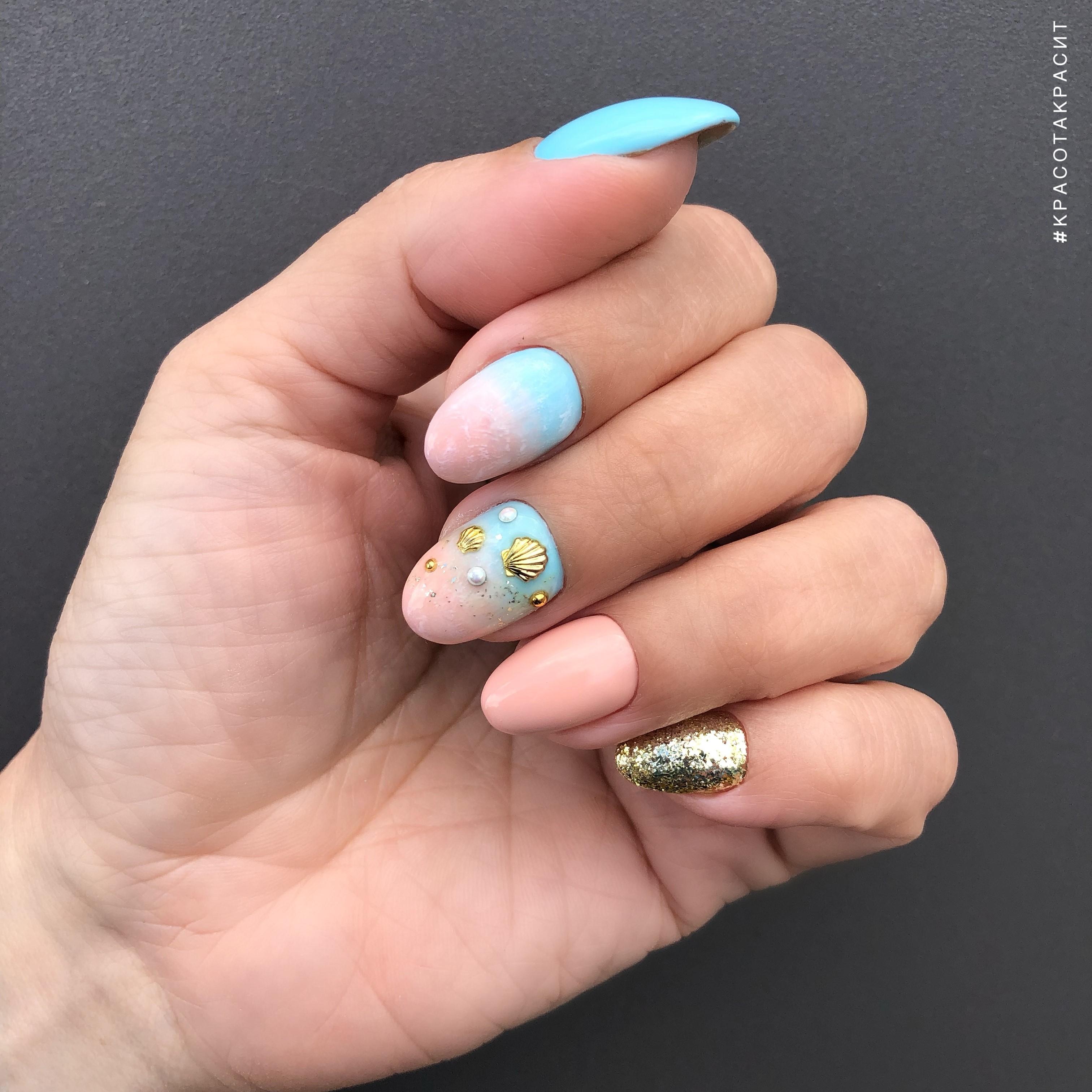 Маникюр с морским дизайном, градиентом и золотыми блестками на короткие ногти.