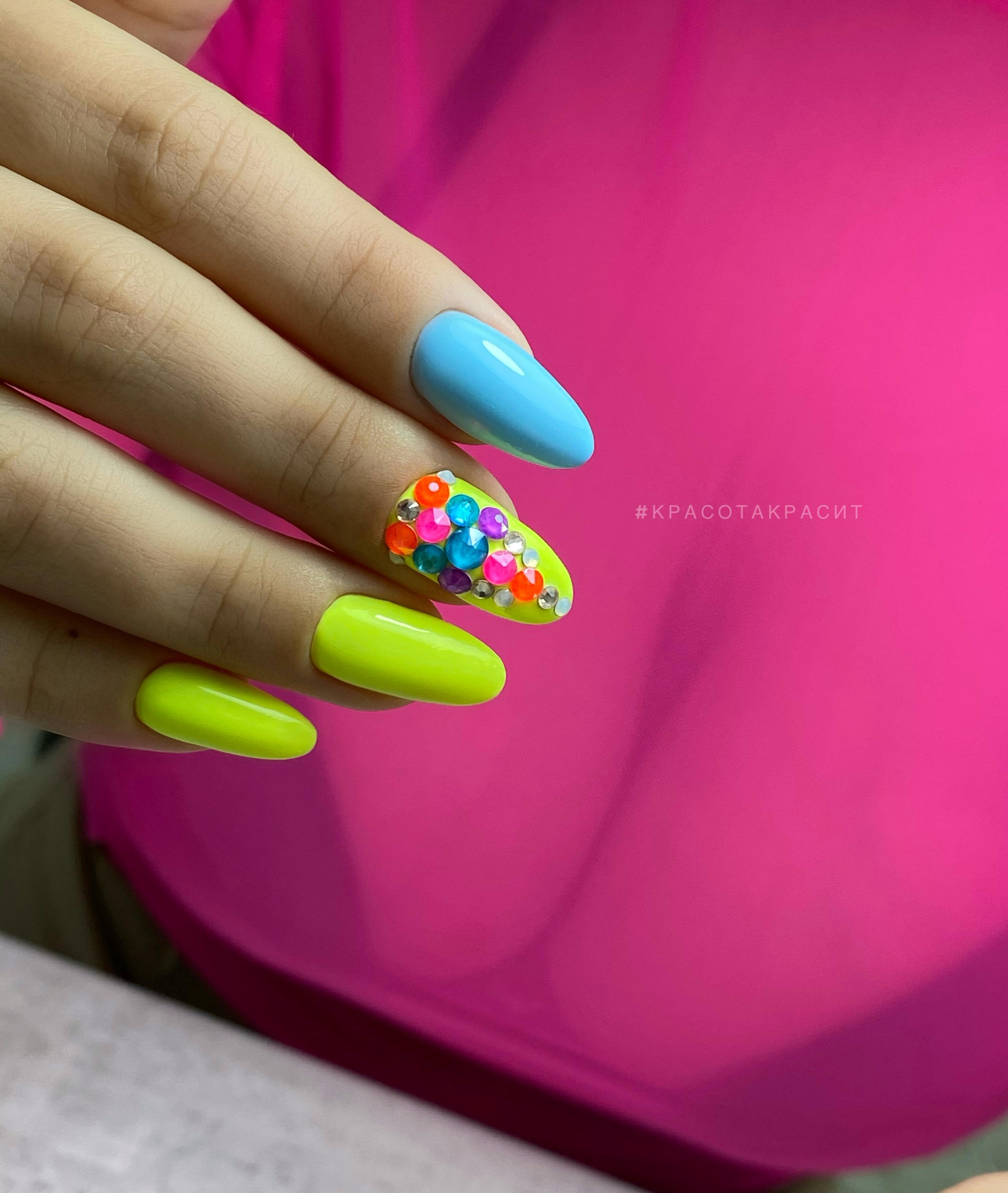 Маникюр со стразами в кислотном цвете на длинные ногти.