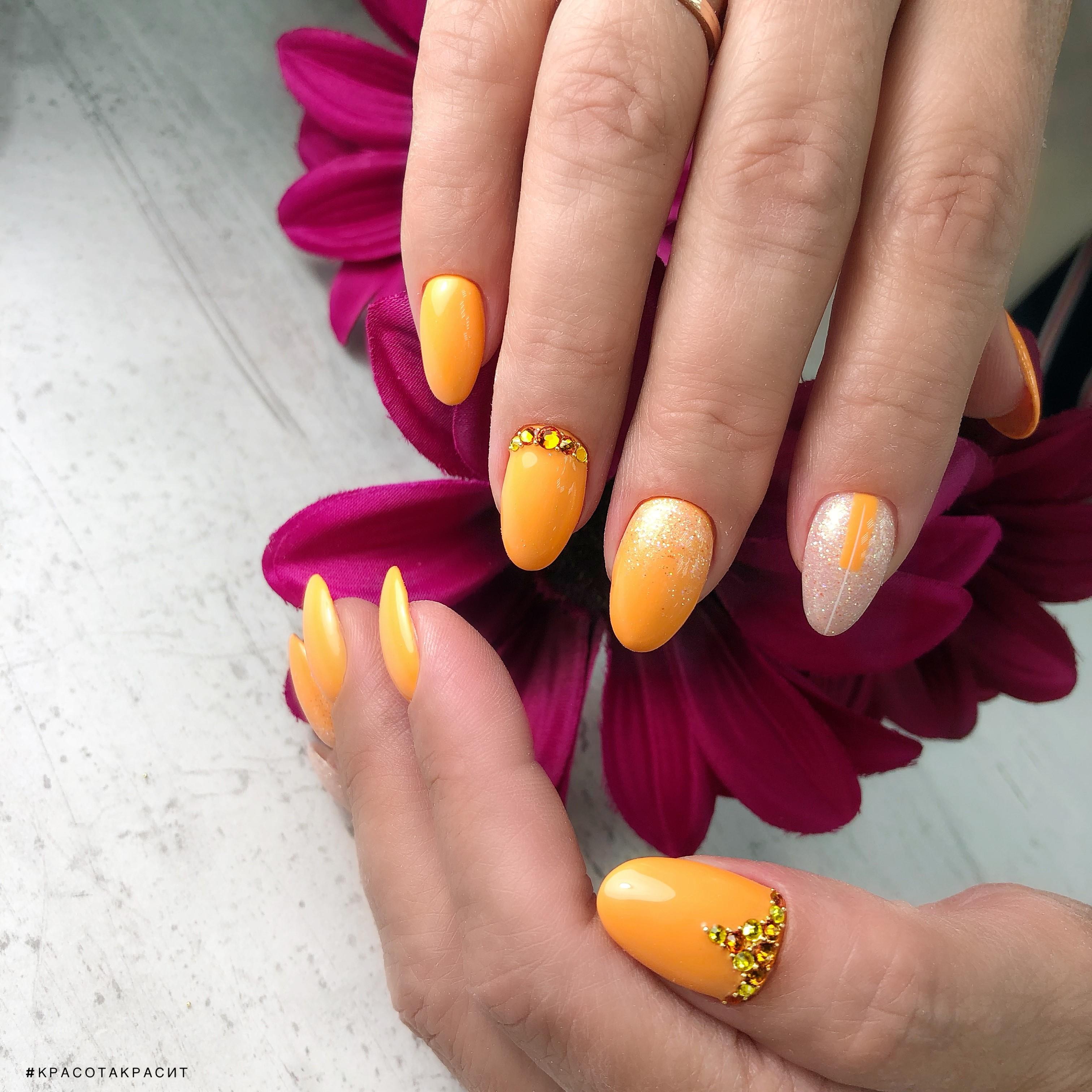 Маникюр с блестками и стразами в оранжевом цвете на короткие ногти.
