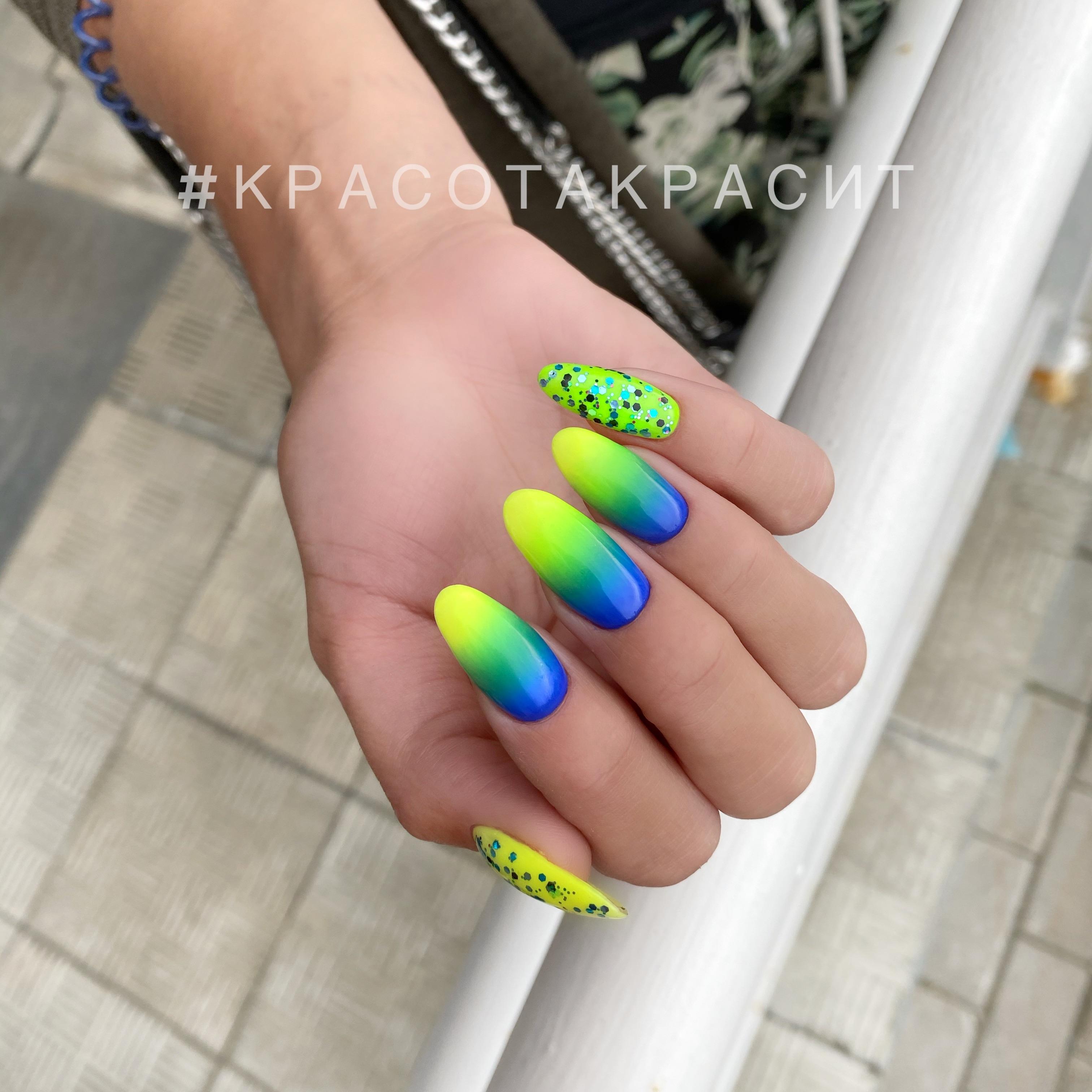 Маникюр с градиентом и цветными камифубуки на длинные ногти.