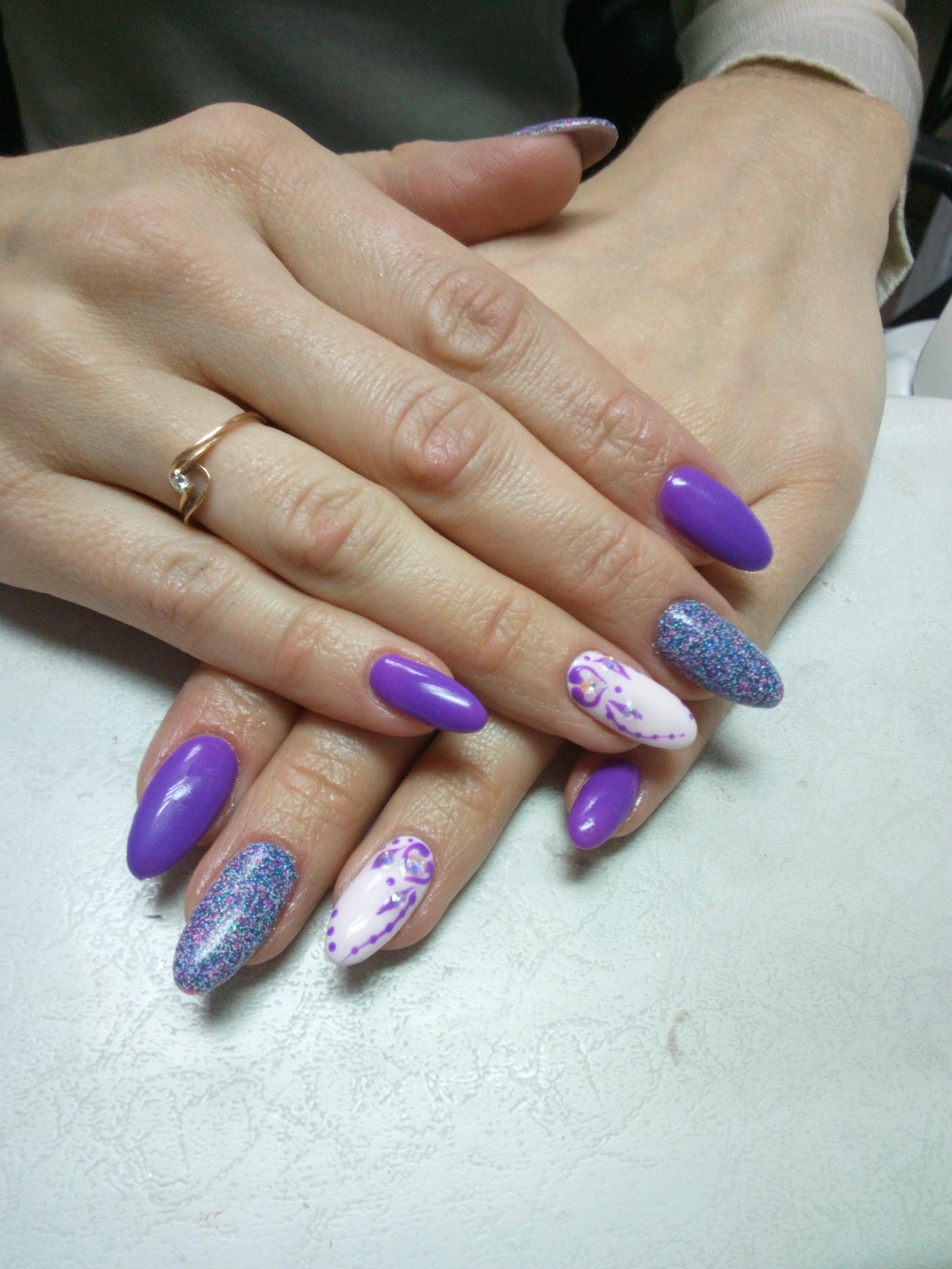 Маникюр с рисунком и цветными блестками в фиолетовом цвете.