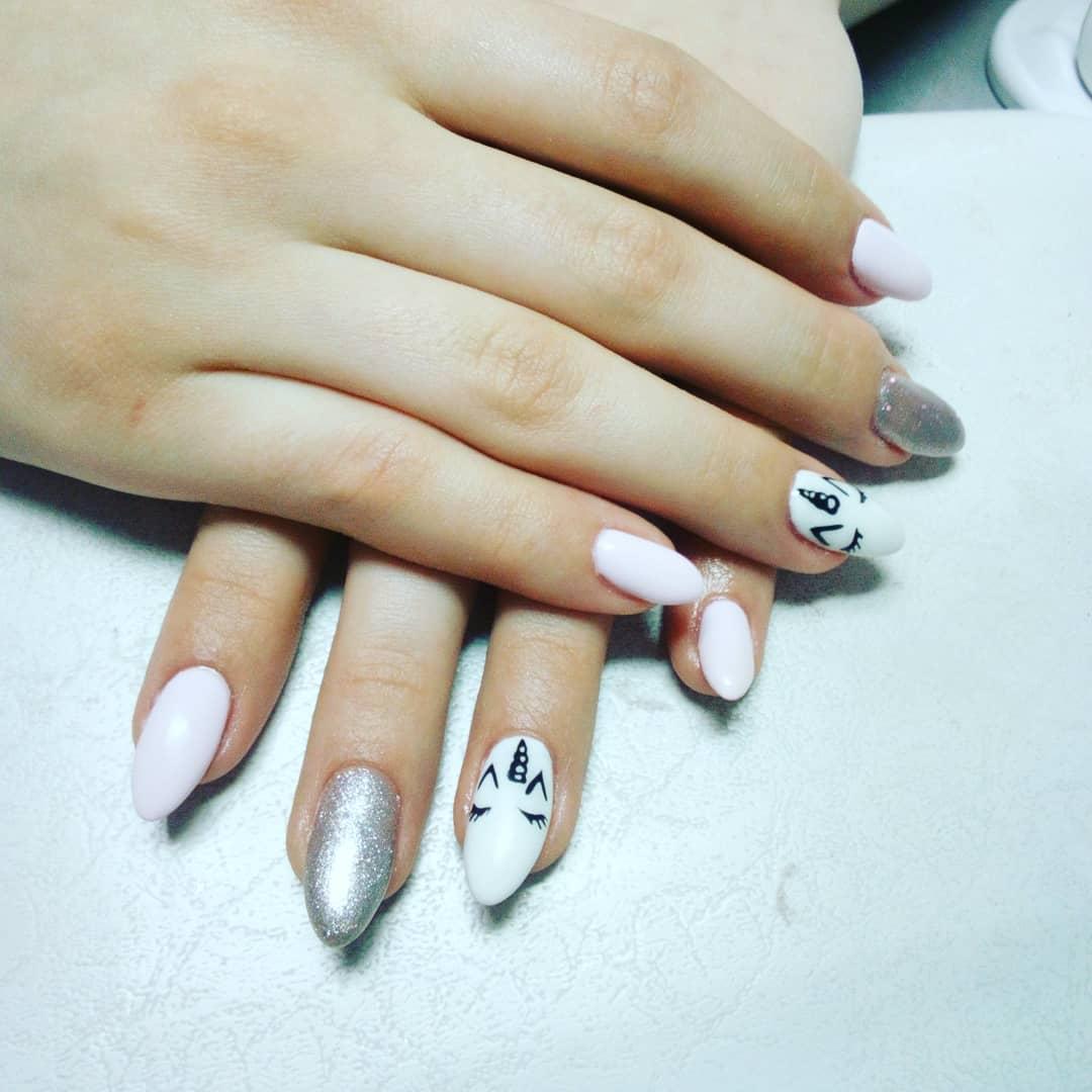 Маникюр с единорогом и серебряными блестками в белом цвете.