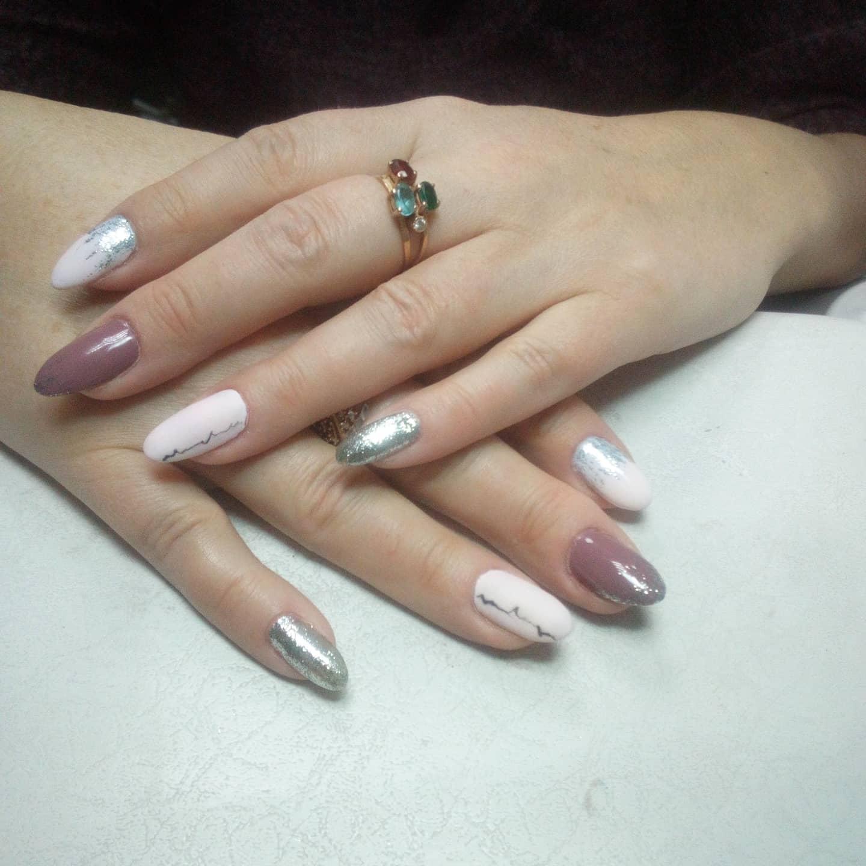 Разноцветный маникюр с серебряными блестками.