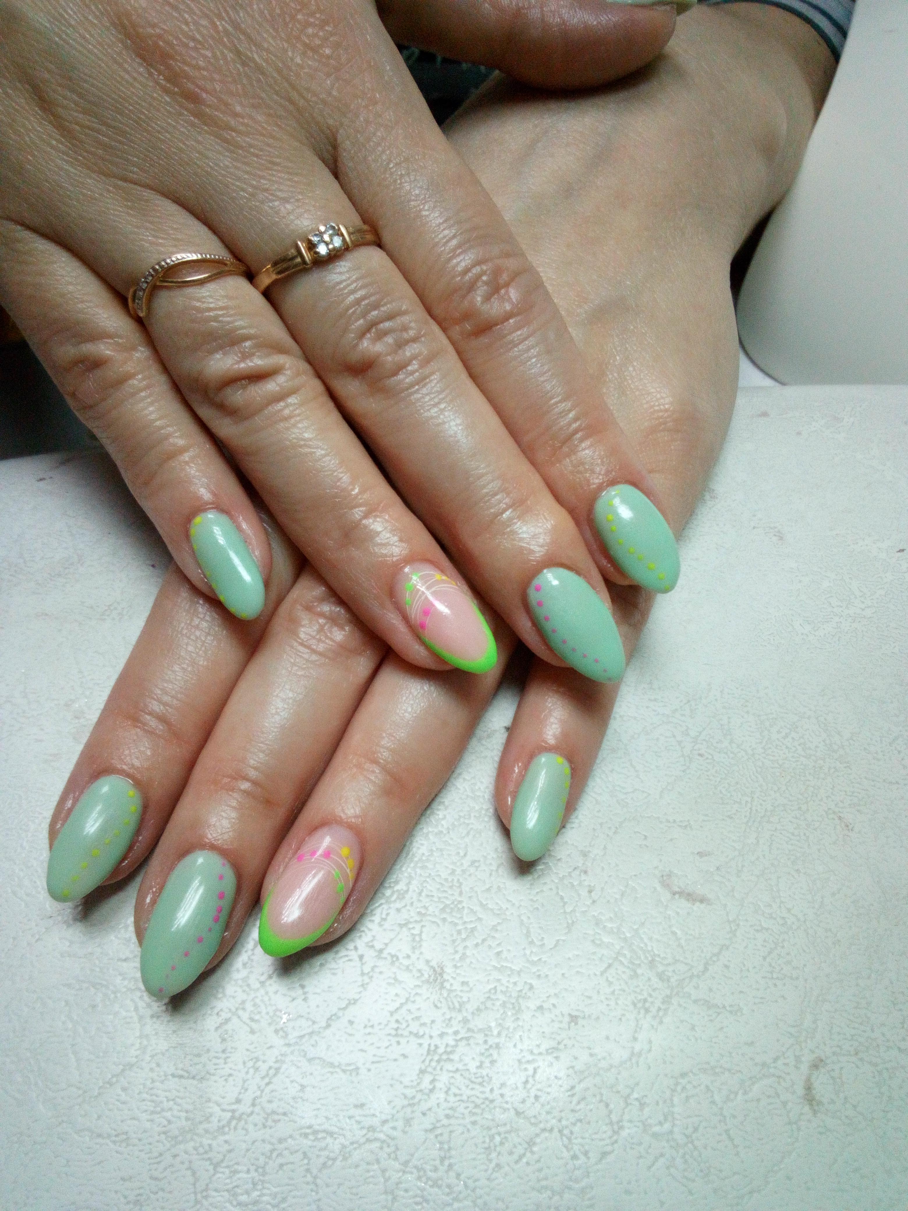 Маникюр с рисунком и френч-дизайном в салатовом цвете.