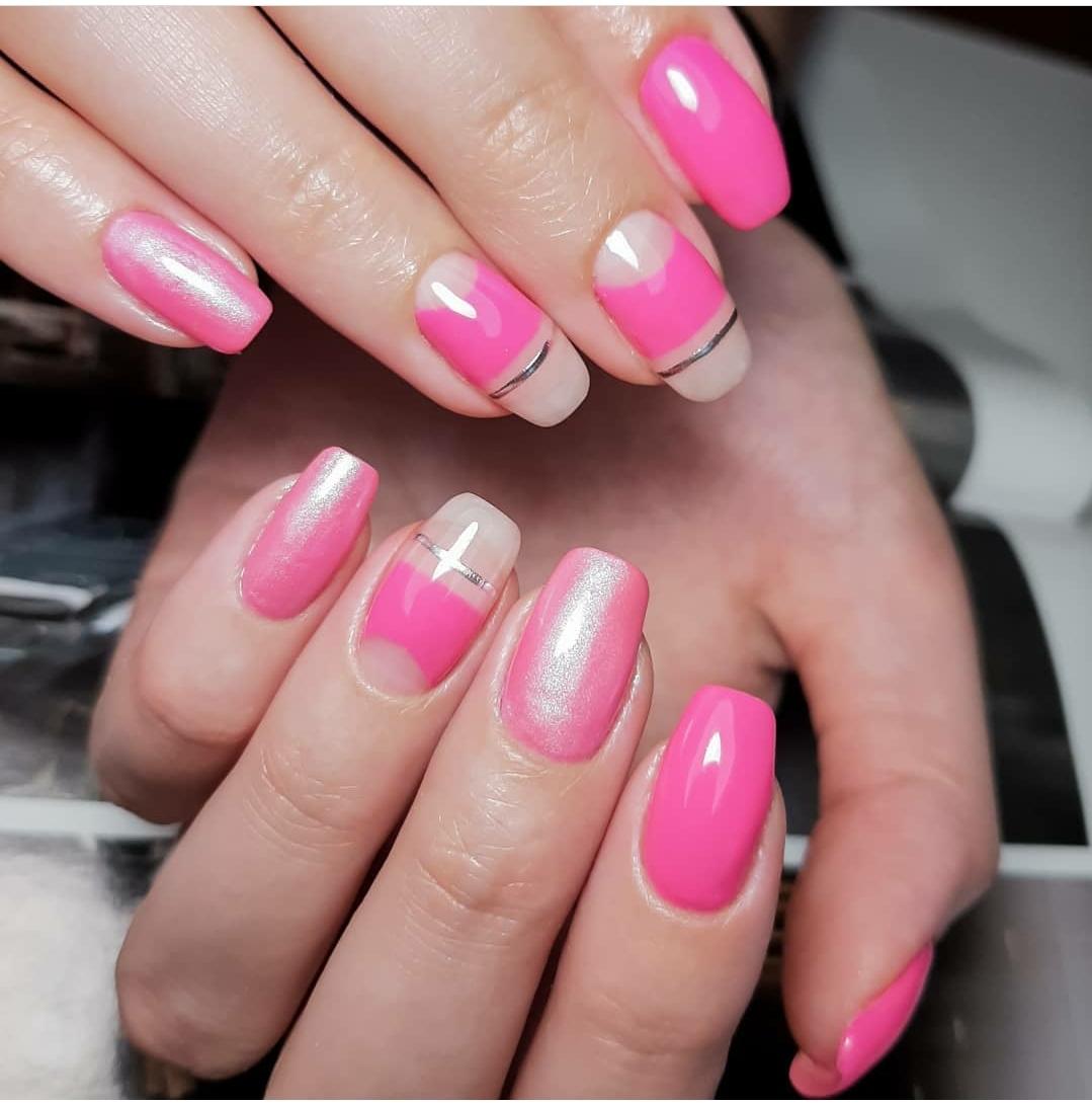Маникюр с лунным дизайном, втиркой и серебряными полосками в розовом цвете на длинные ногти.