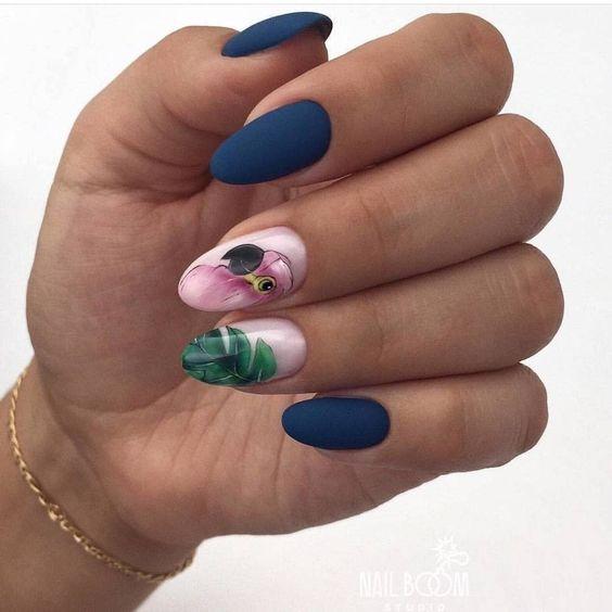 Матовый маникюр с птицей в темно-синем цвете на короткие ногти.